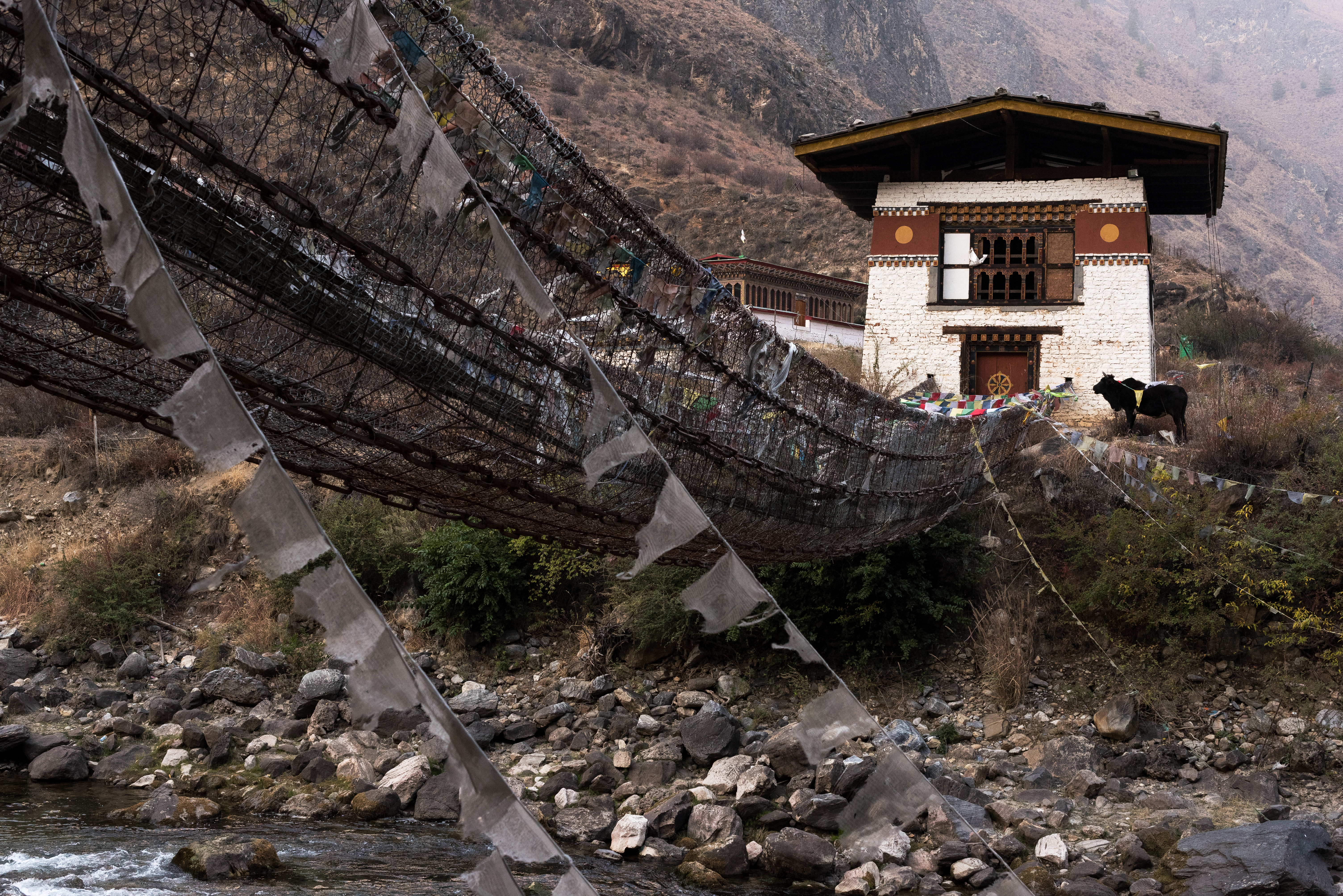 Monasterio Tachog Lhakhang. Su construcción data del año 1420. El puente por el que se llegaba a la edificación fue el primero construido en el reino de Bután