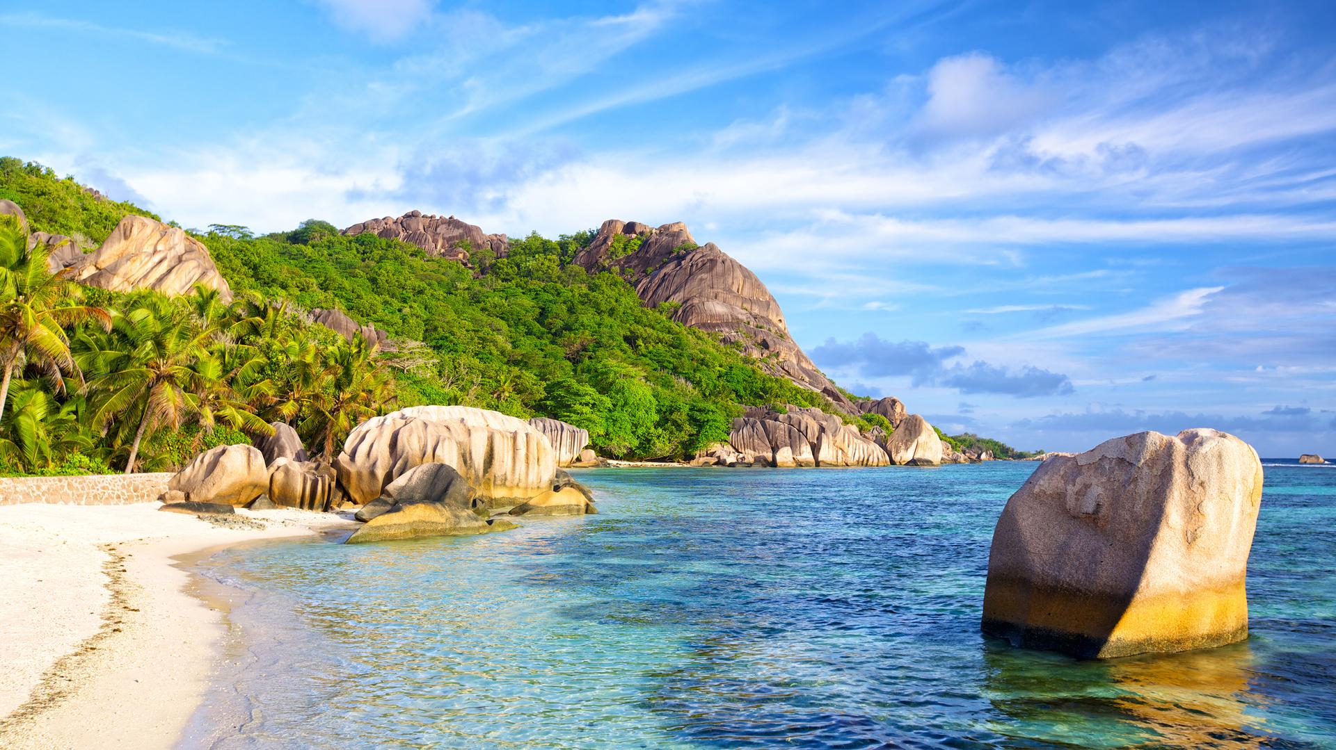Ubicada en las Seychelles, Anse Source d'Agent es la playa más fotografiada del mundo. Es el aspecto cultural que también agrega brillo al lugar. El agua poco profunda permite que los aventureros caminen alrededor de un km en el agua mojándose apenas la cintura