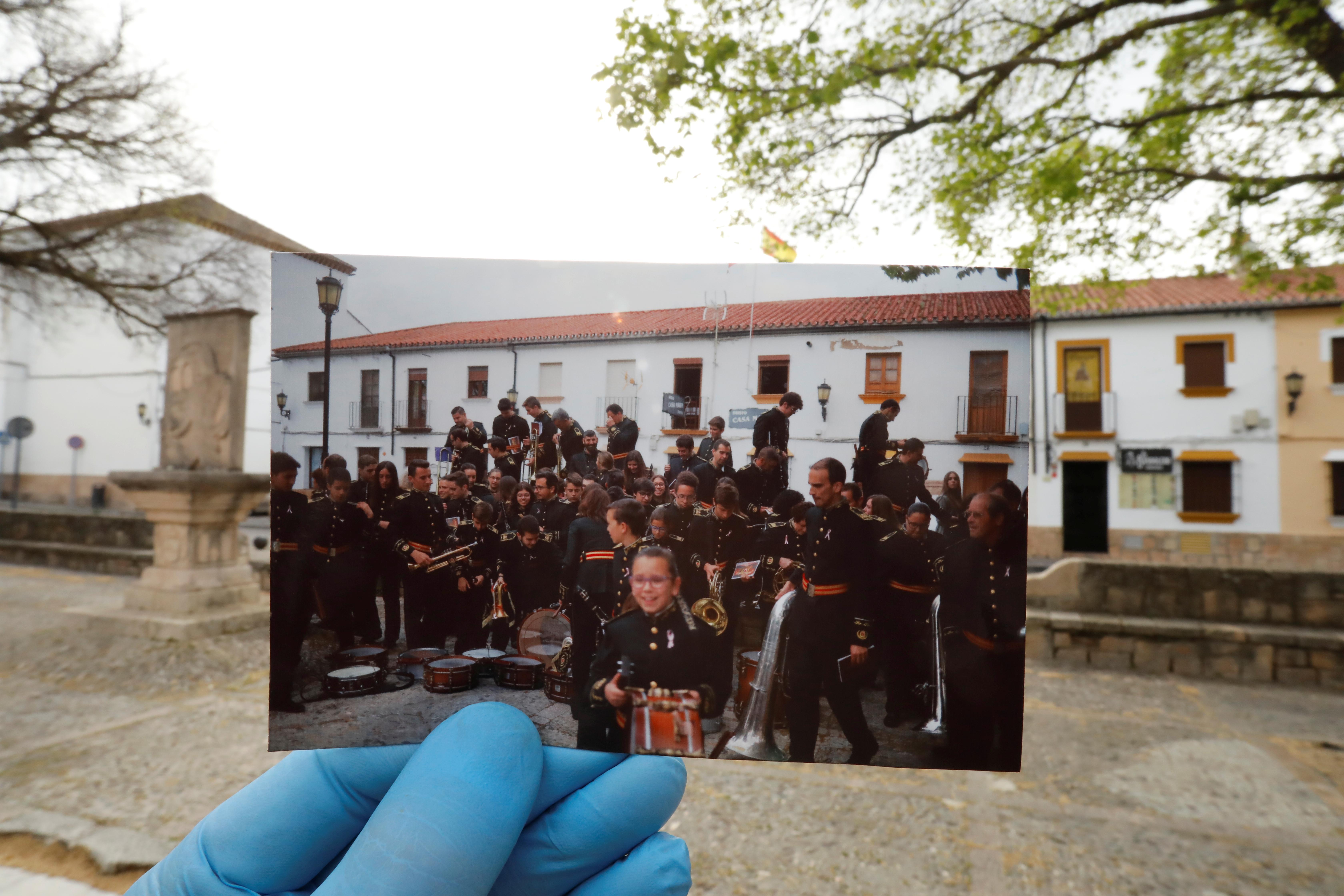 Los miembros de una banda musical se alistaban para su presentación en Ronda, al sur de España