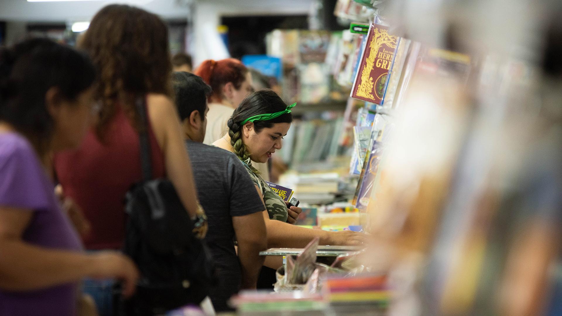 Cientos de personas se amontonaron en las entradas de los comercios para buscar precios o algún titulo interesante.