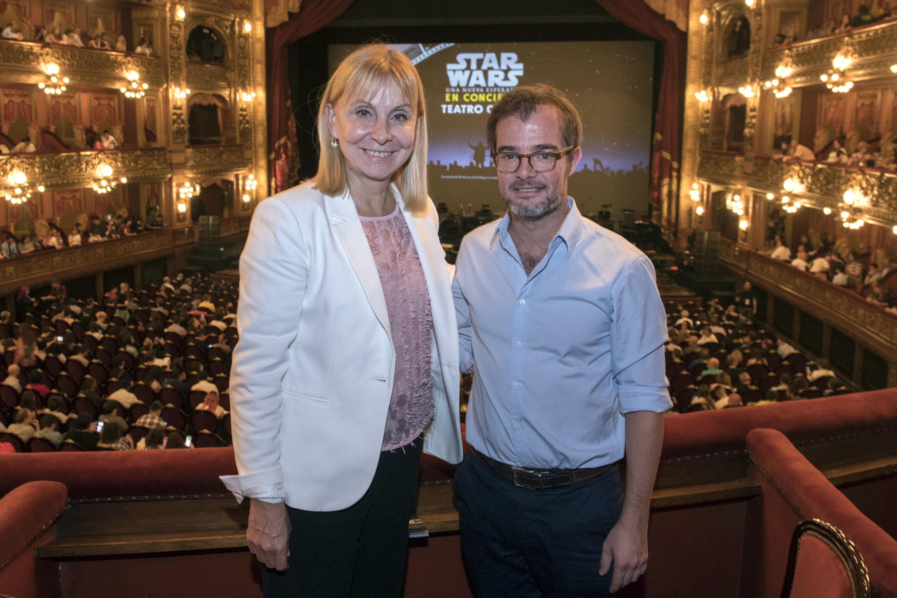 """La directora general del Teatro Colón, María Victoria Alcaraz, junto al ministro de Cultura porteño, Enrique Avogadro, en una de las funciones de """"Star Wars, una nueva esperanza en concierto"""""""