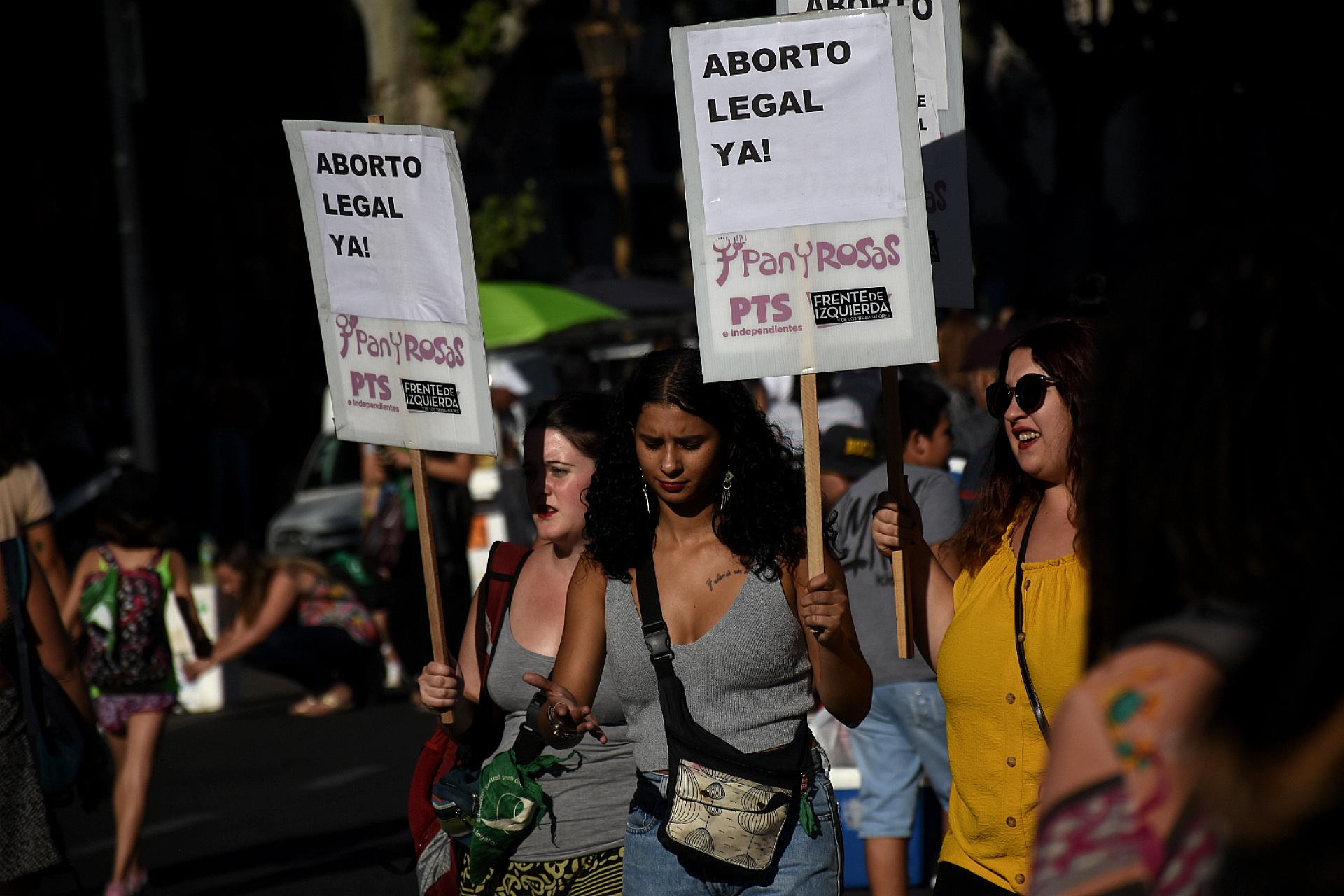 Los mensajes a favor del aborto se replicaron en los carteles y banderas