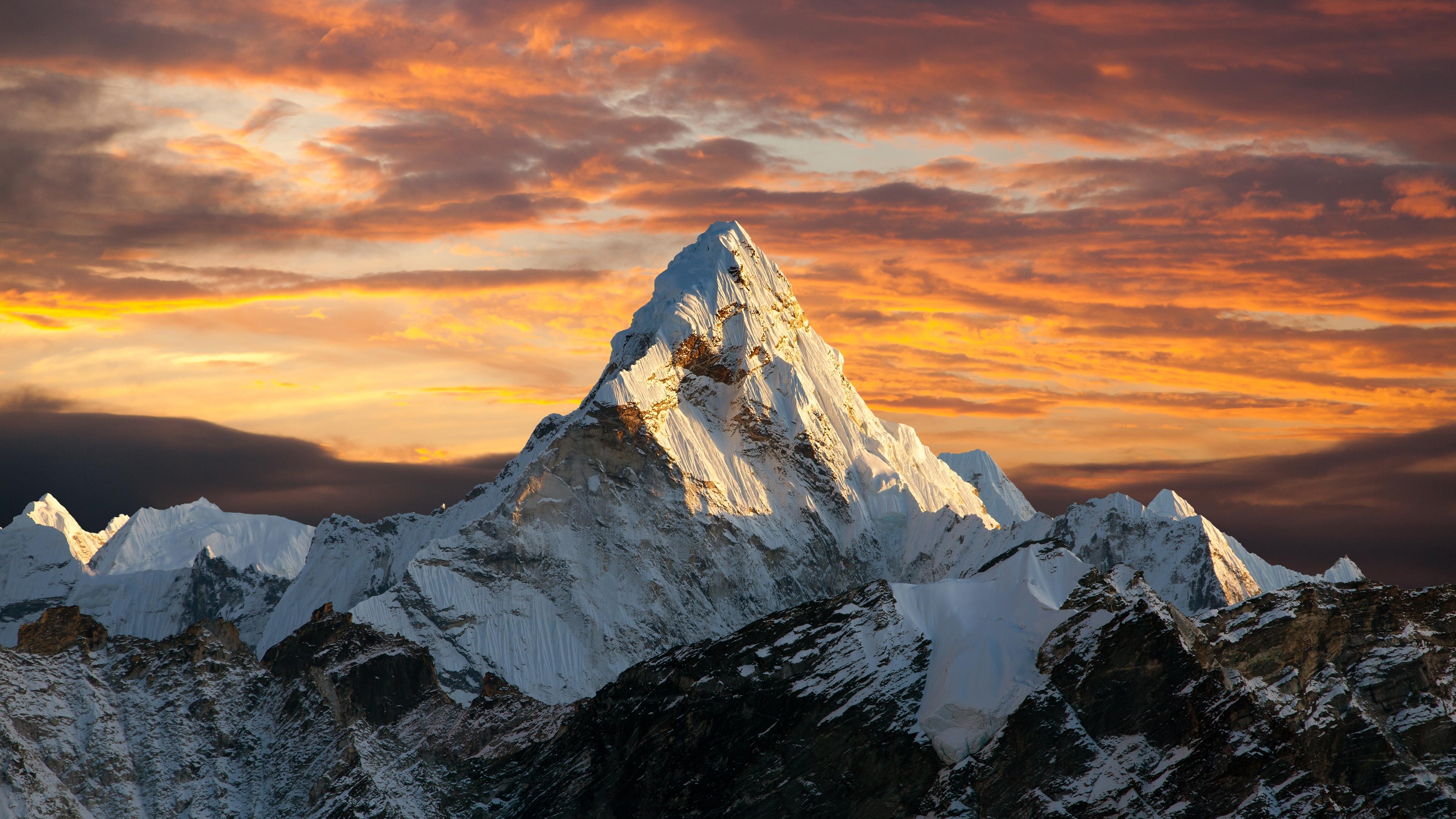 La montaña más alta del mundo es el Monte Everest, con una altitud de 8.848 metros sobre el nivel del mar. Después de una altura de 8.000 metros, comienza la llamada zona de muerte. La presión del aire allí es solo un tercio de la presión normal al nivel del mar