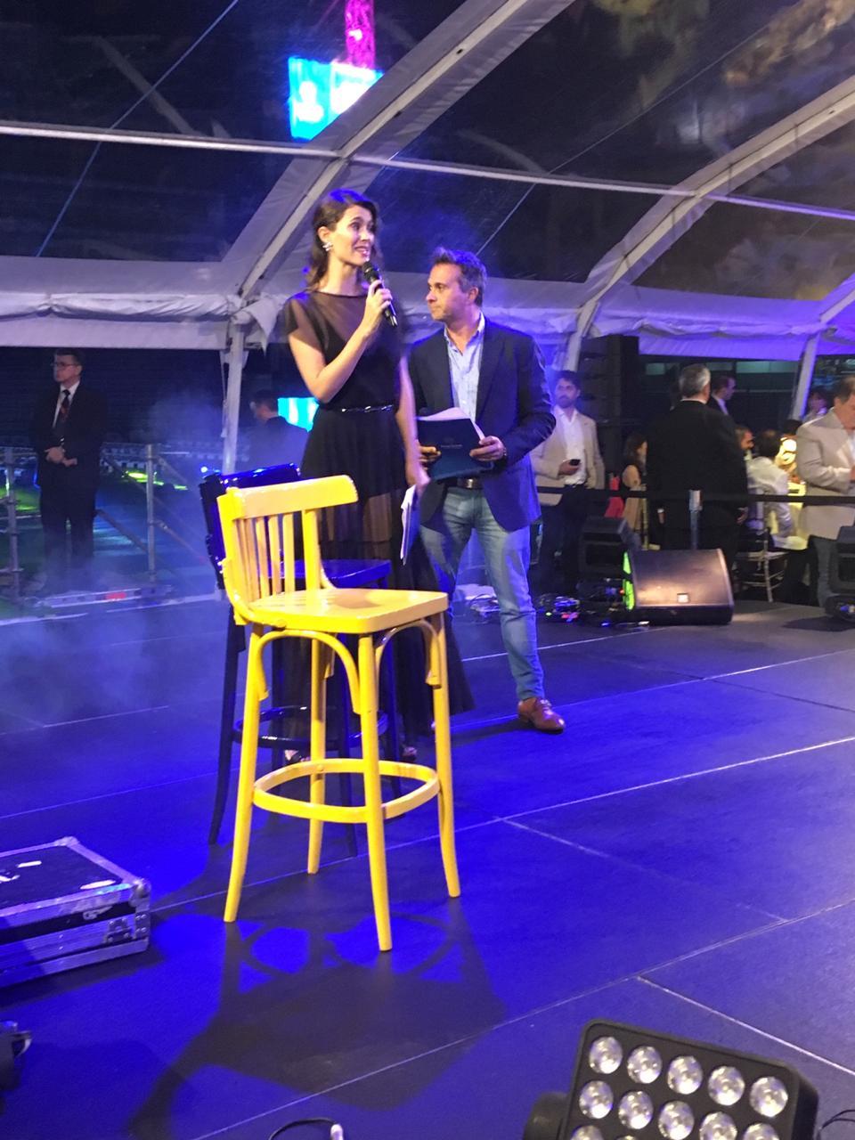 Cecilia Franco y Sergio Lapegüe fueron los presentadores del evento que se realizó en la Bombonera (@BocaJrsOficial)