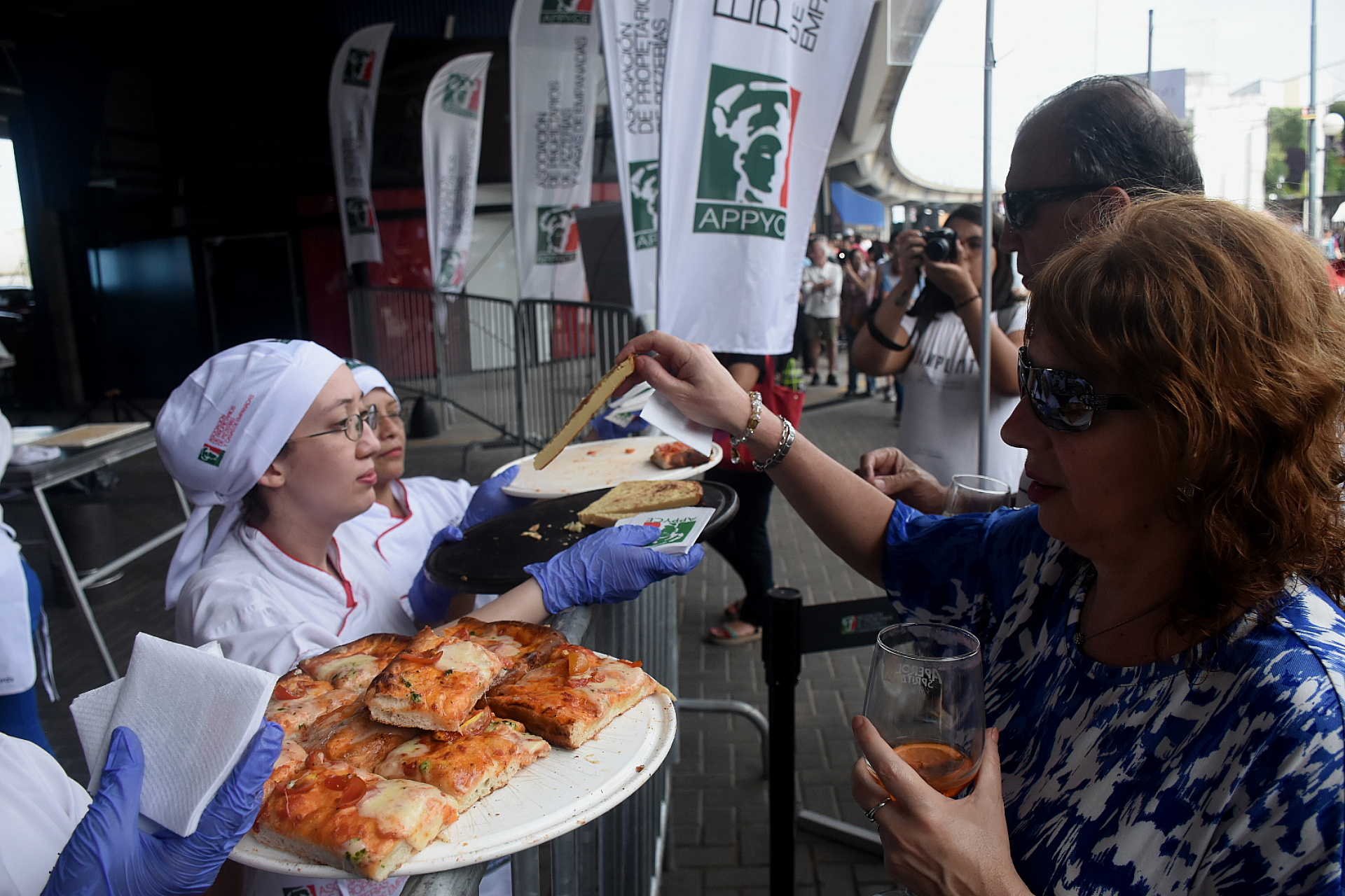 """Las pizzas fueron uno de los grandes protagonistas del día. APPYCE, la Asociación de propietarios de pizzerías y casas de empanadas con una degustación gratuita de """"pizza al taglio"""" (pizza al corte al estilo romano) en variantes creativas inspiradas a la ciudad de Génova (cebolla, pesto y otras)"""