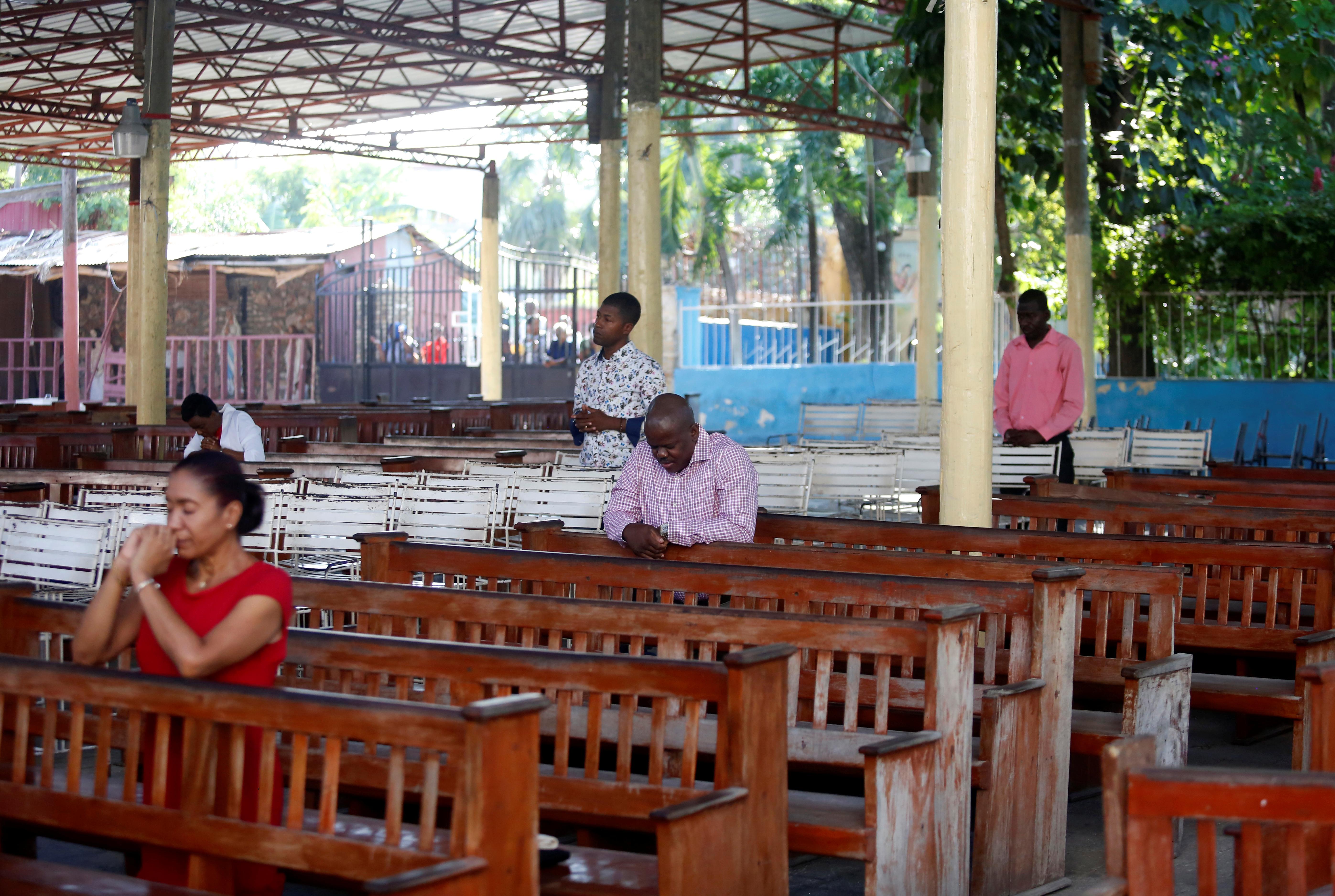 HAITI - Muchas personas se acercaron a presenciar la misa por Pascuas en Puerto Príncipe, una de las ciudades más importantes de Haití. Se les pidió distanciamiento social