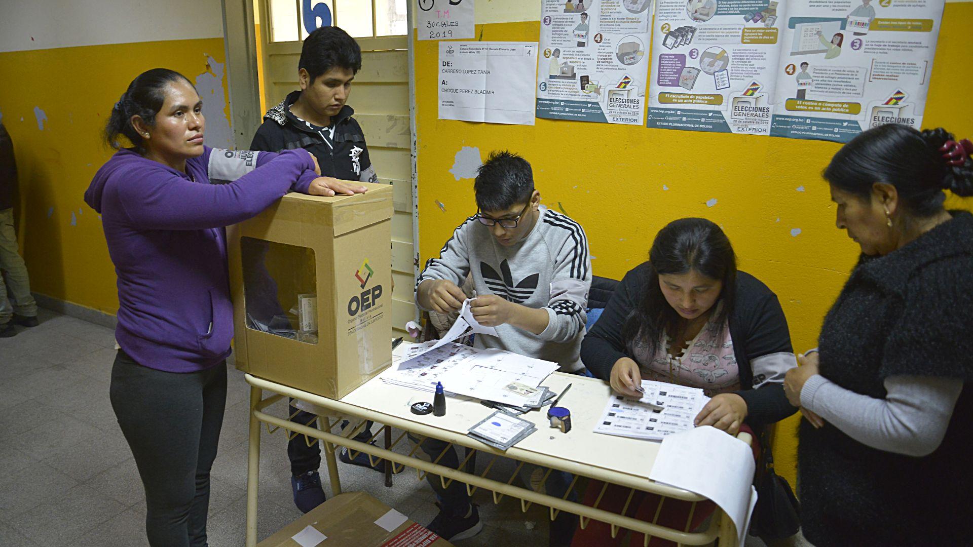 Las urnas están todo el tiempo custodiadas por los fiscales, quienes tapan con el antebrazo la boca de la urna y solamente la habilitan al momento que el ciudadano introduce su opción de voto