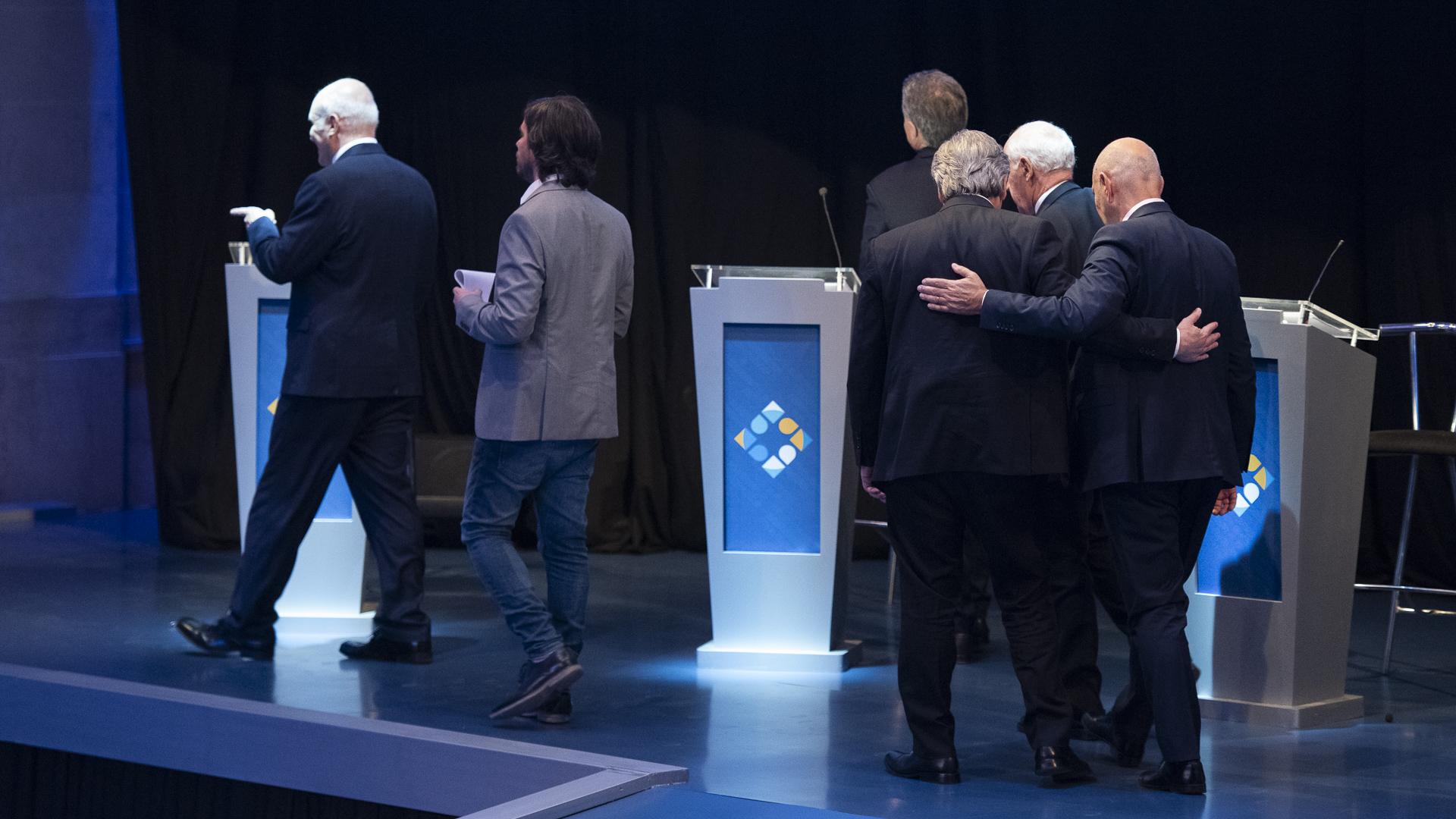 Saludos de los candidatos en el cierre del debate