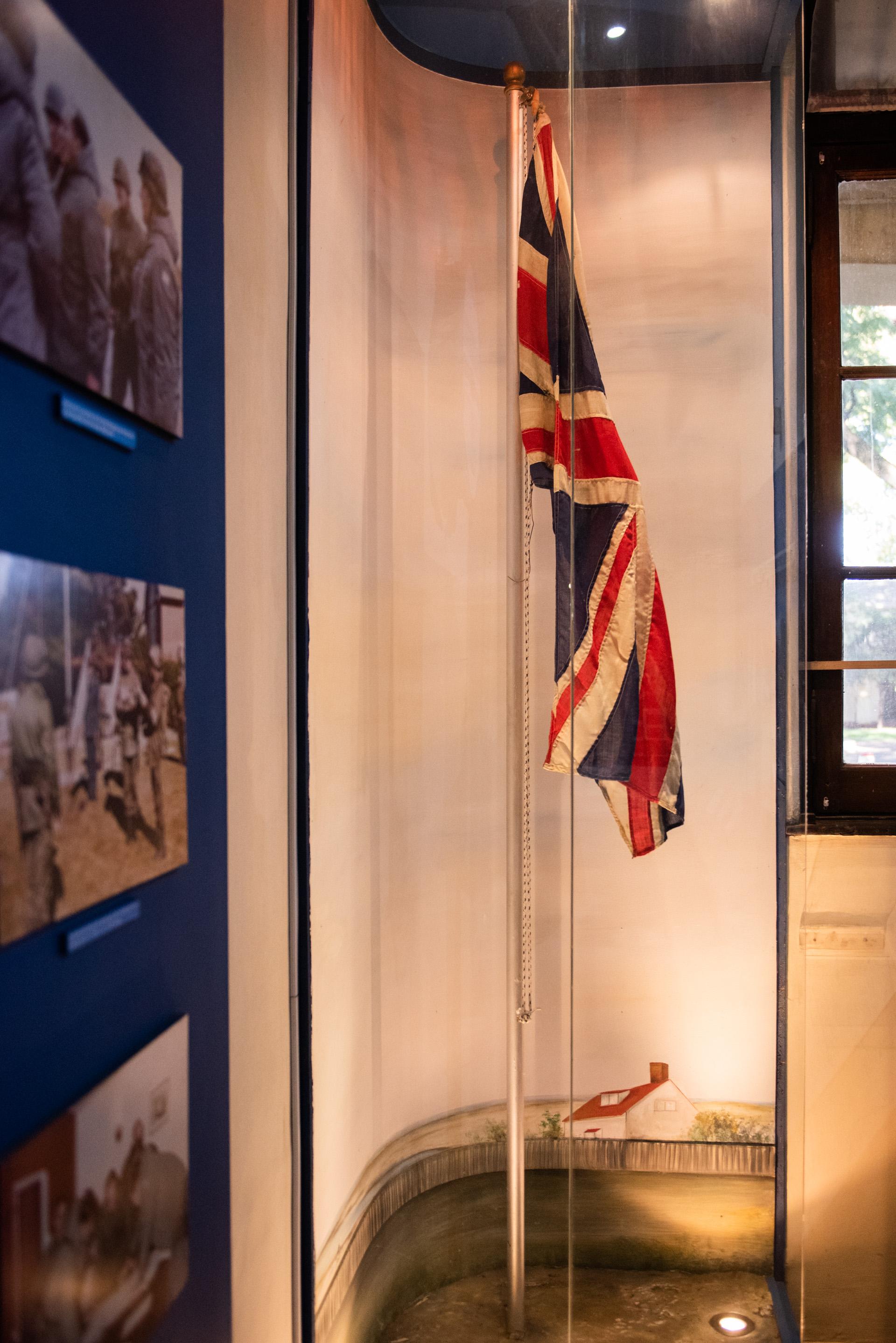 La bandera británica que flameaba el 2 de abril de 1982 en las Islas Malvinas que fue arriada y reemplazada por nuestro pabellón nacional