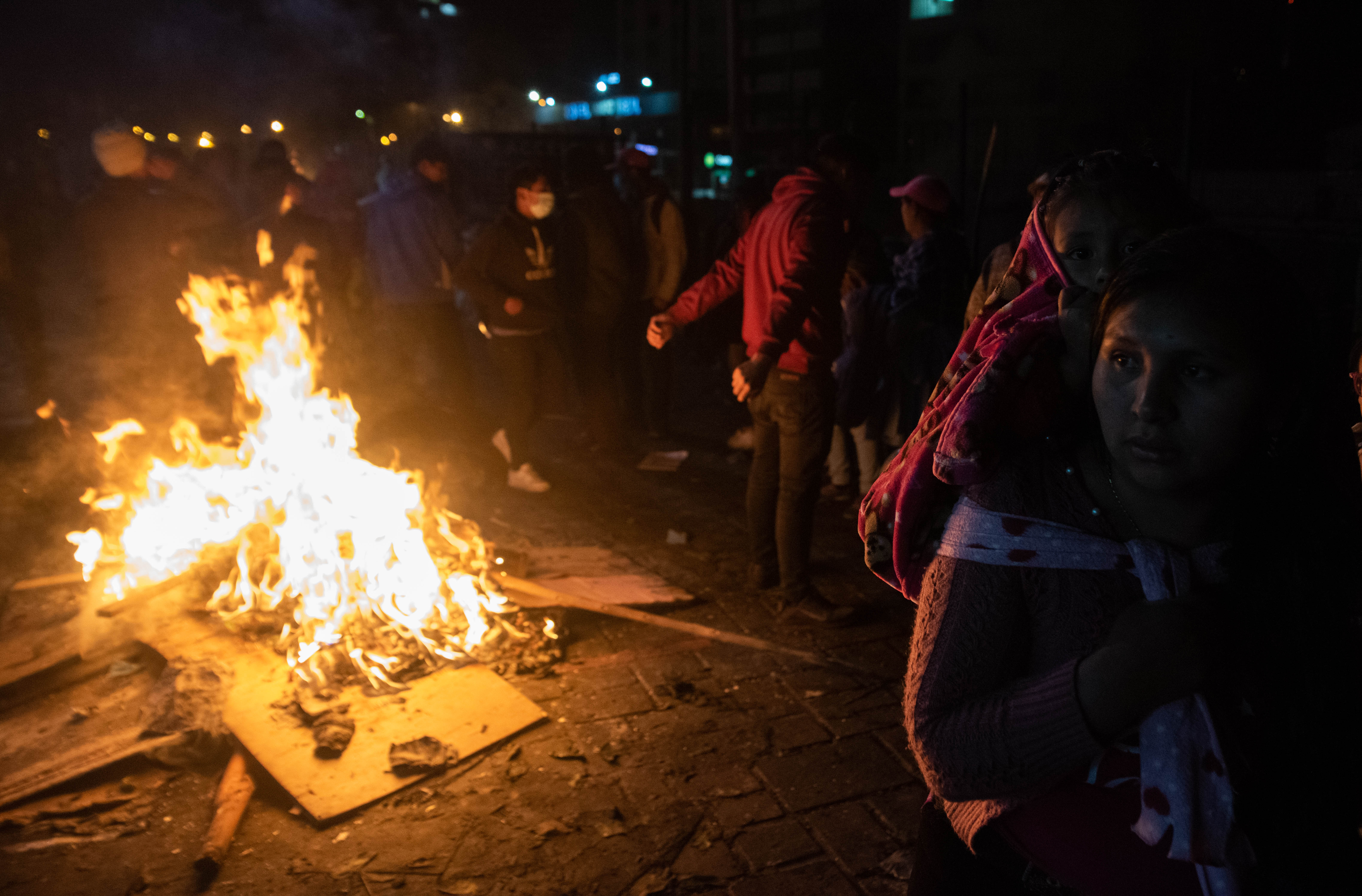 Durante los festejos de anoche, muchos encendieron fuegos callejeros para combatir la falta de luz en ciertas zonas de la capital ecuatoriana