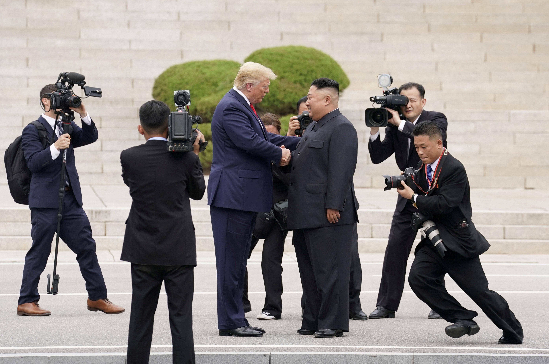 El presidente de Estados Unidos, Donald Trump, se reúne con el líder norcoreano Kim Jong Un en la zona desmilitarizada que separa a las dos Coreas, en Panmunjom, el 30 de junio de 2019 (REUTERS/Kevin Lamarque)
