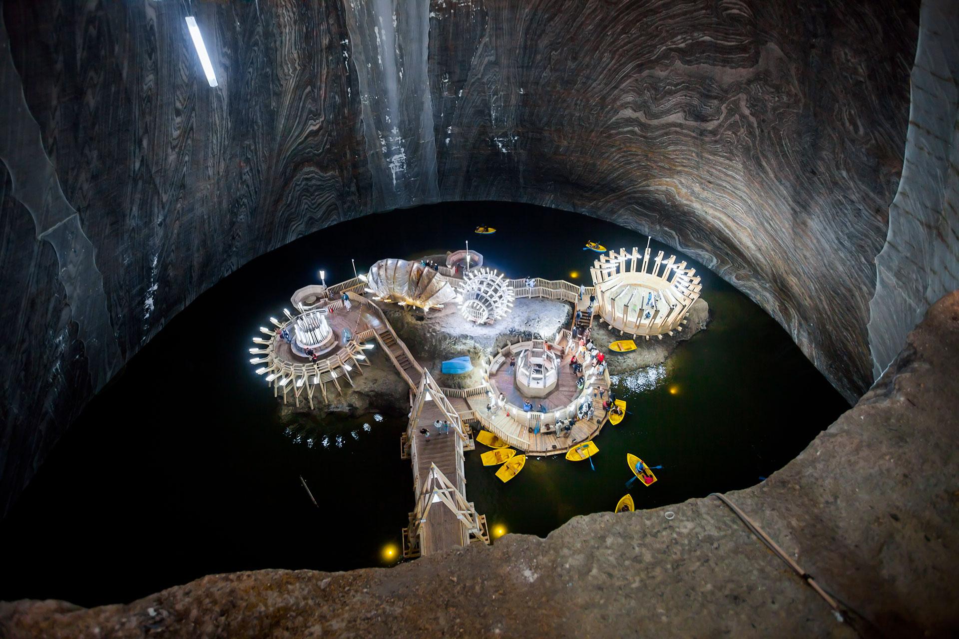 El parque temático se denomina Salina Turda y se ubica a las afueras de Cluj-Napoca, la segunda ciudad más grande de Rumania y la capital no oficial de Transilvania, donde se encontraba una de las minas de sal más antiguas del mundo