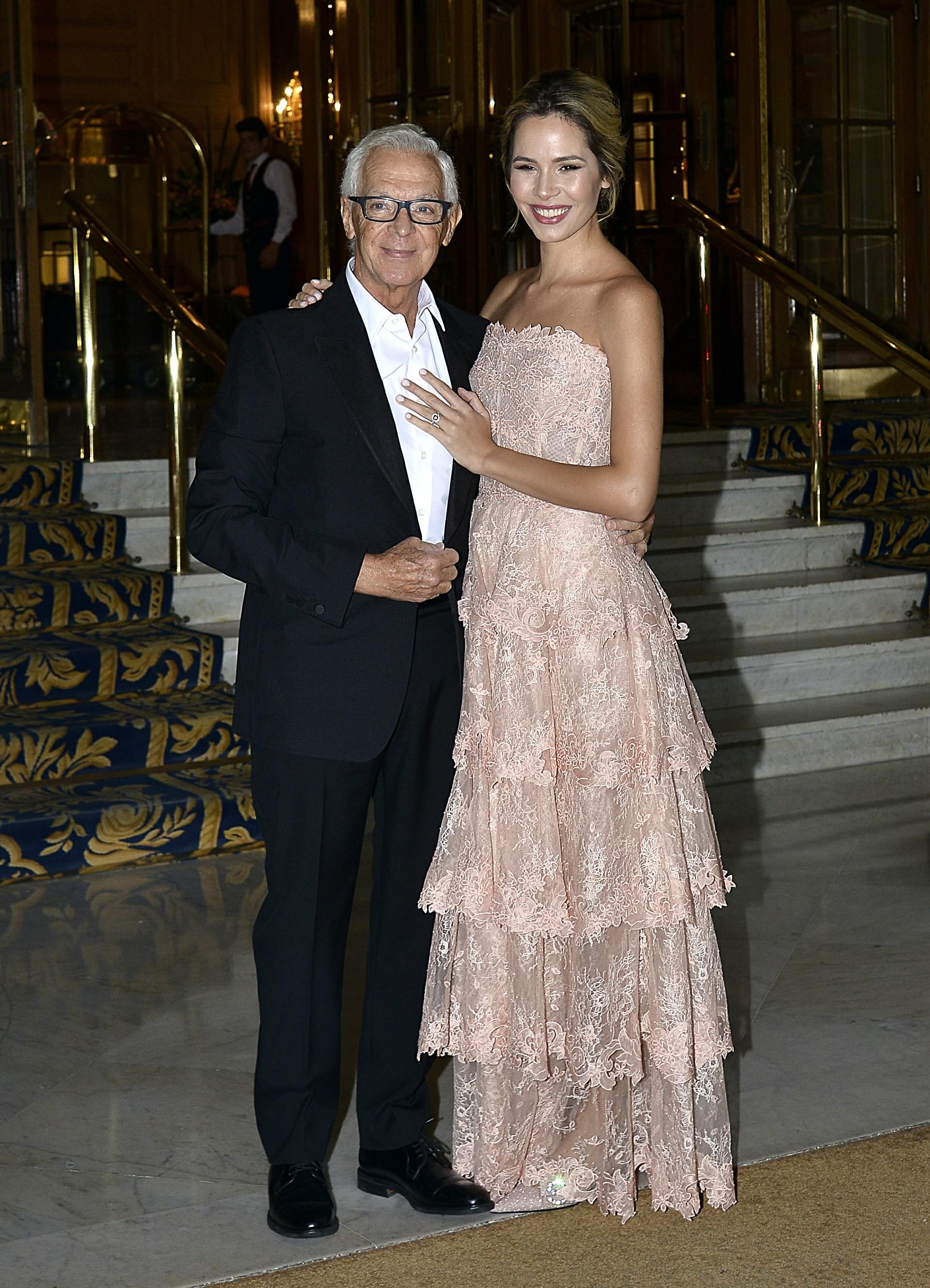 El empresario Eduardo Costantini y la modelo Elina Fernández Fantacci posan en la puerta del Alvear Palace, donde se casaron este sábado en una ceremonia íntima y a la que asistieron unos 50 invitados