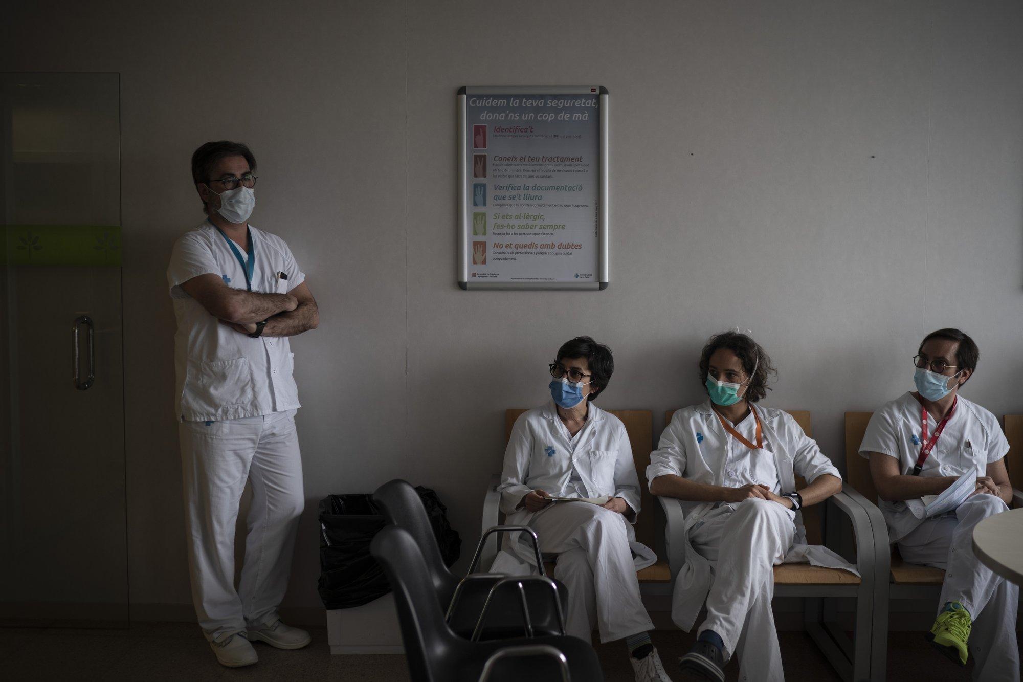 Parte del staff médico y de enfermeros que luchan contra el COVID-19 en España (AP Photo/Felipe Dana)