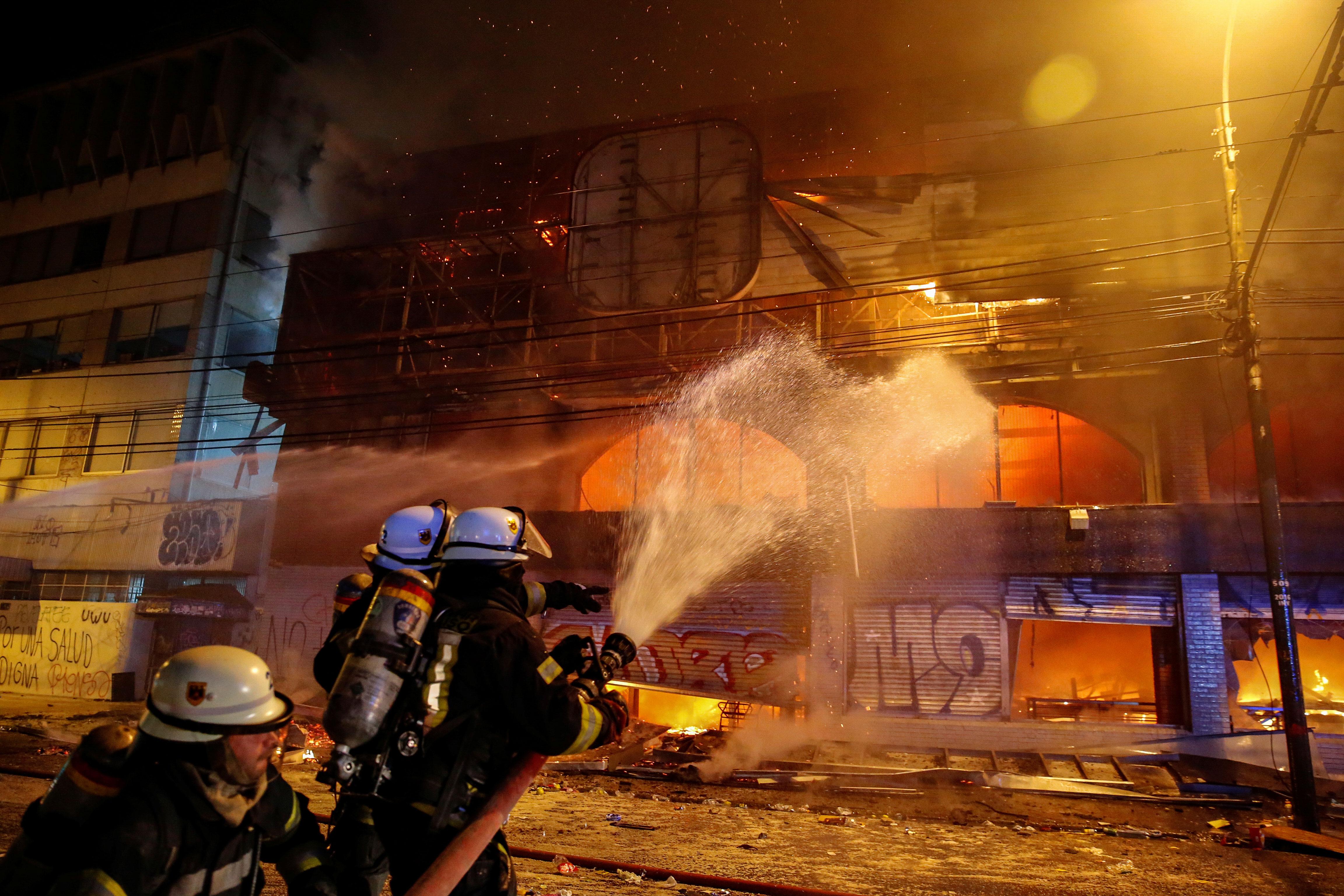 Cientos de escuadrones de bomberos salieron a combatir los incendios que dejaron las protestas.