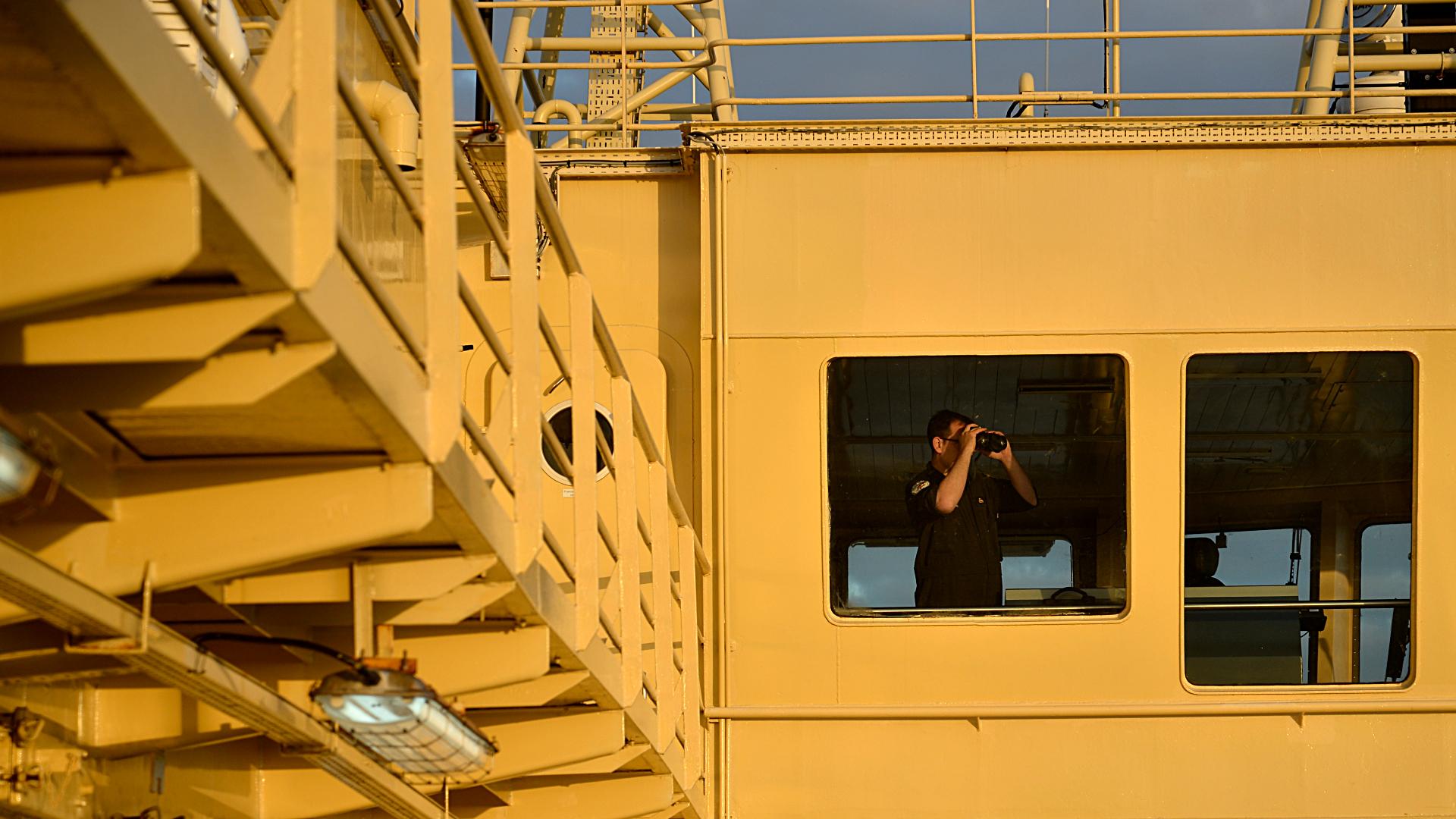 Uno de los tripulantes del buque en su tarea diaria