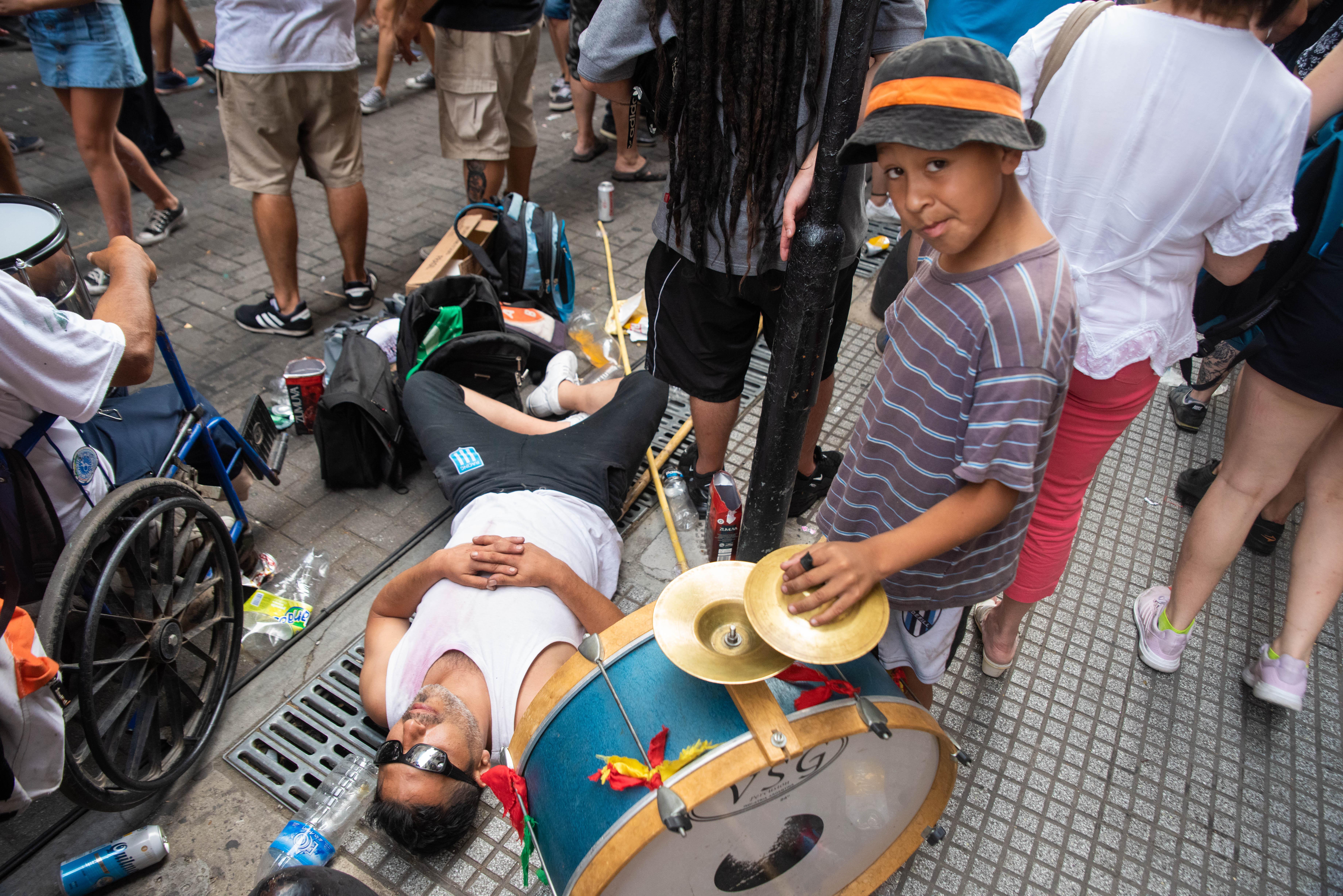 En la Plaza de Mayo y sus inmediaciones miles de personas participan de la fiesta de asunción.
