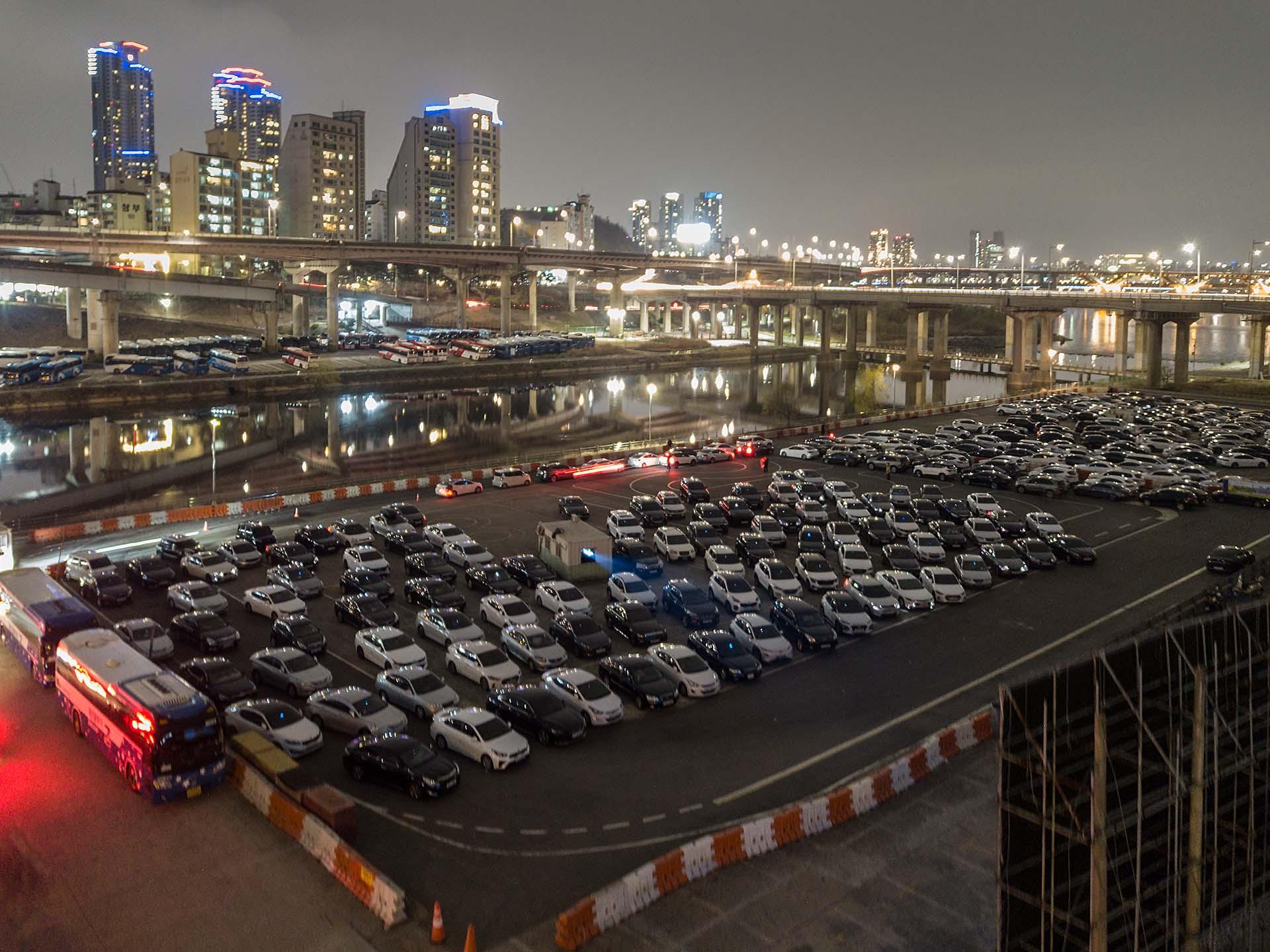 Mientras las salas de cine están cerradas, los autocines de Seúl, Corea del Sur, vieron explotar su concurrencia. (AFP)