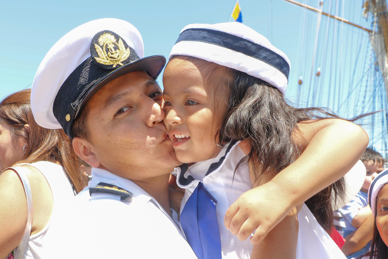 Después de la llegada y el protocolo, los marineros no tienen permitido correr pero algunos sí corren para fundirse en abrazos con sus seres queridos