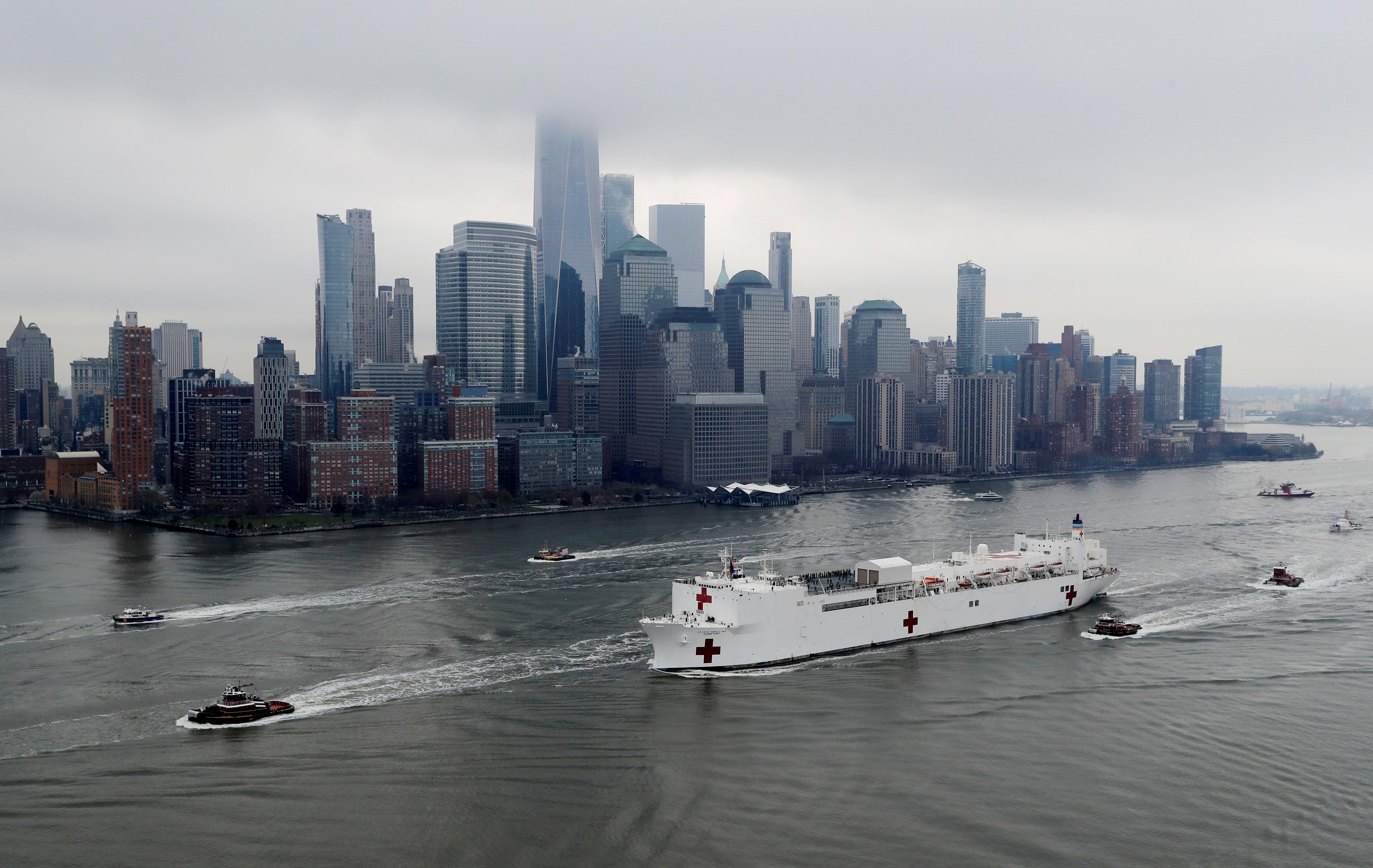 El USNS Comfort pasa por Manhattan preparado para asistir a pacientes con coronavirus (REUTERS/Mike Segar)