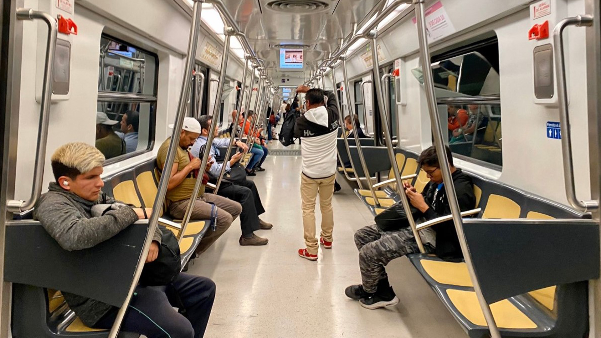 Dentro de los vagones del metro también se notó la ausencia de las mujeres (Foto: Twitter@serraldino)