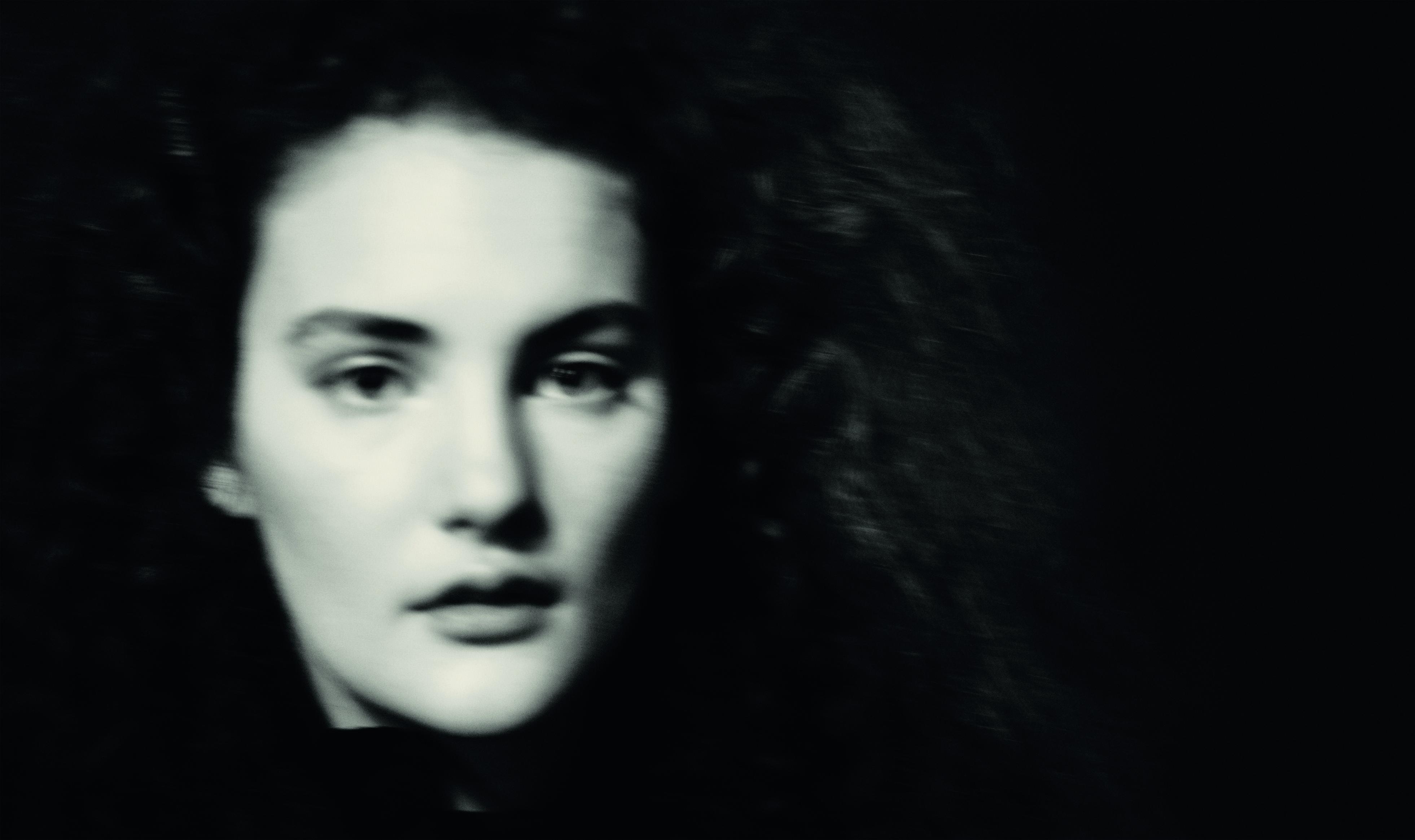 Stella Roversi, la hija del fotógrafo también participó del set y del calendario y posó bajo la lente de su padre en una fotografía en blanco y negro