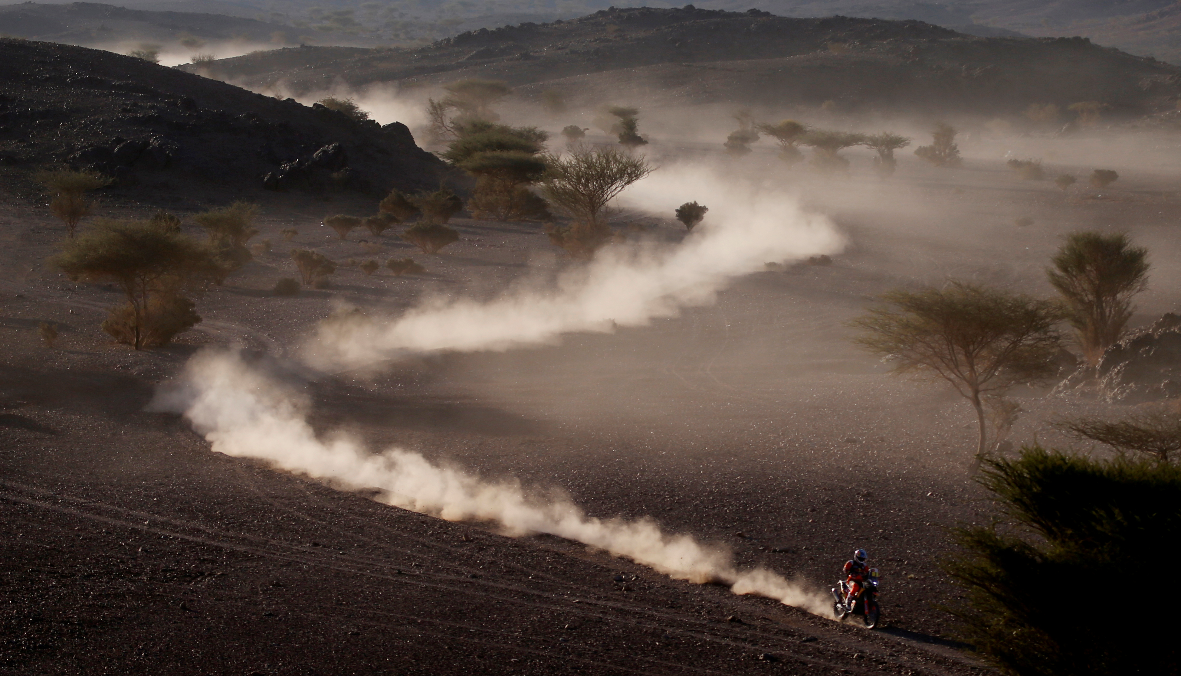 El chileno José Ignacio Cornejo (Honda) se impuso en motos, después de que el vencedor inicial de la jornada, el inglés Sam Sunderland (KTM), fuera penalizado con cinco minutos por exceso de velocidad