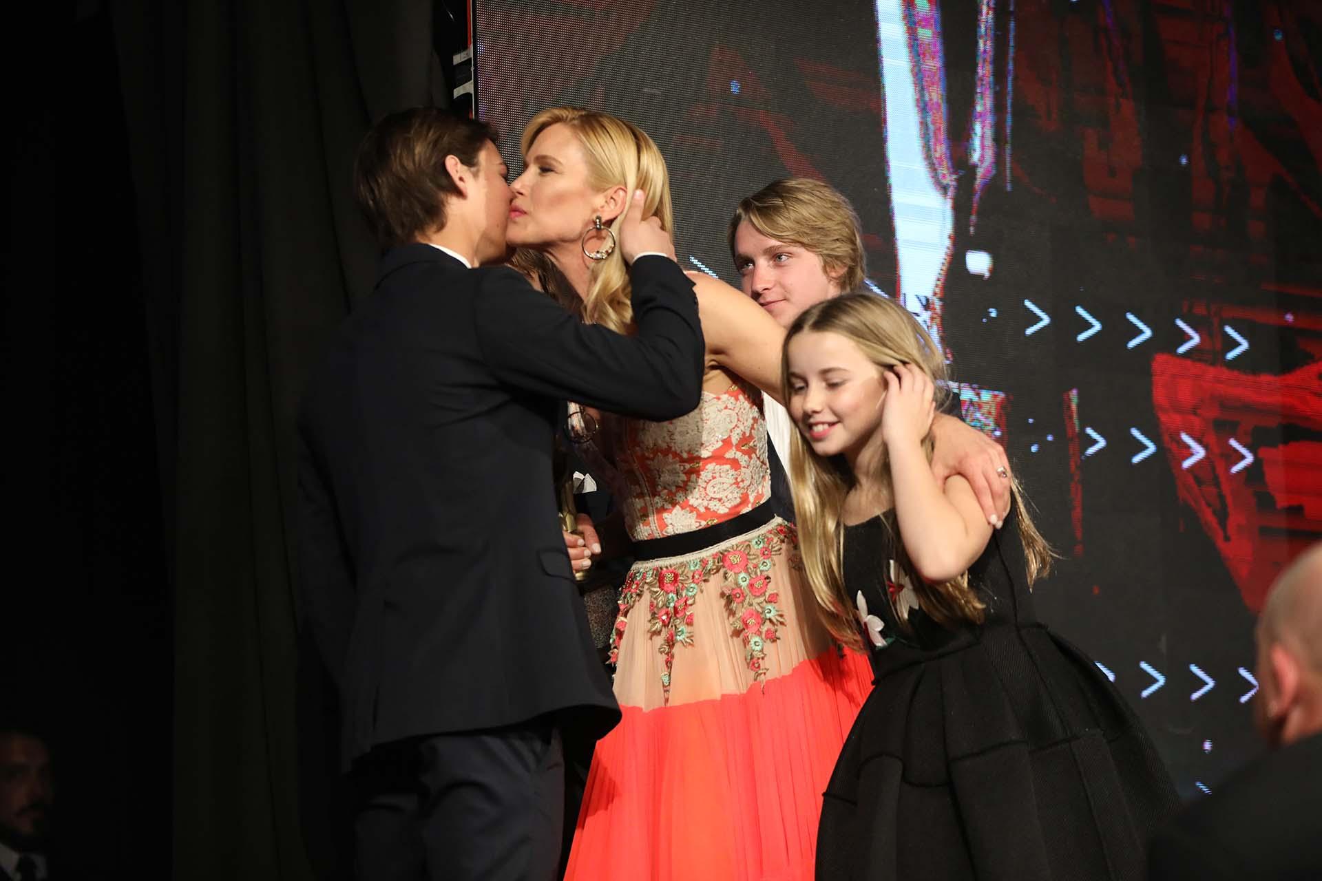 Los besos para mamá. Orgullosos, los hijos de Valeria y Alejandro Gravier la acompañaron en el escenario