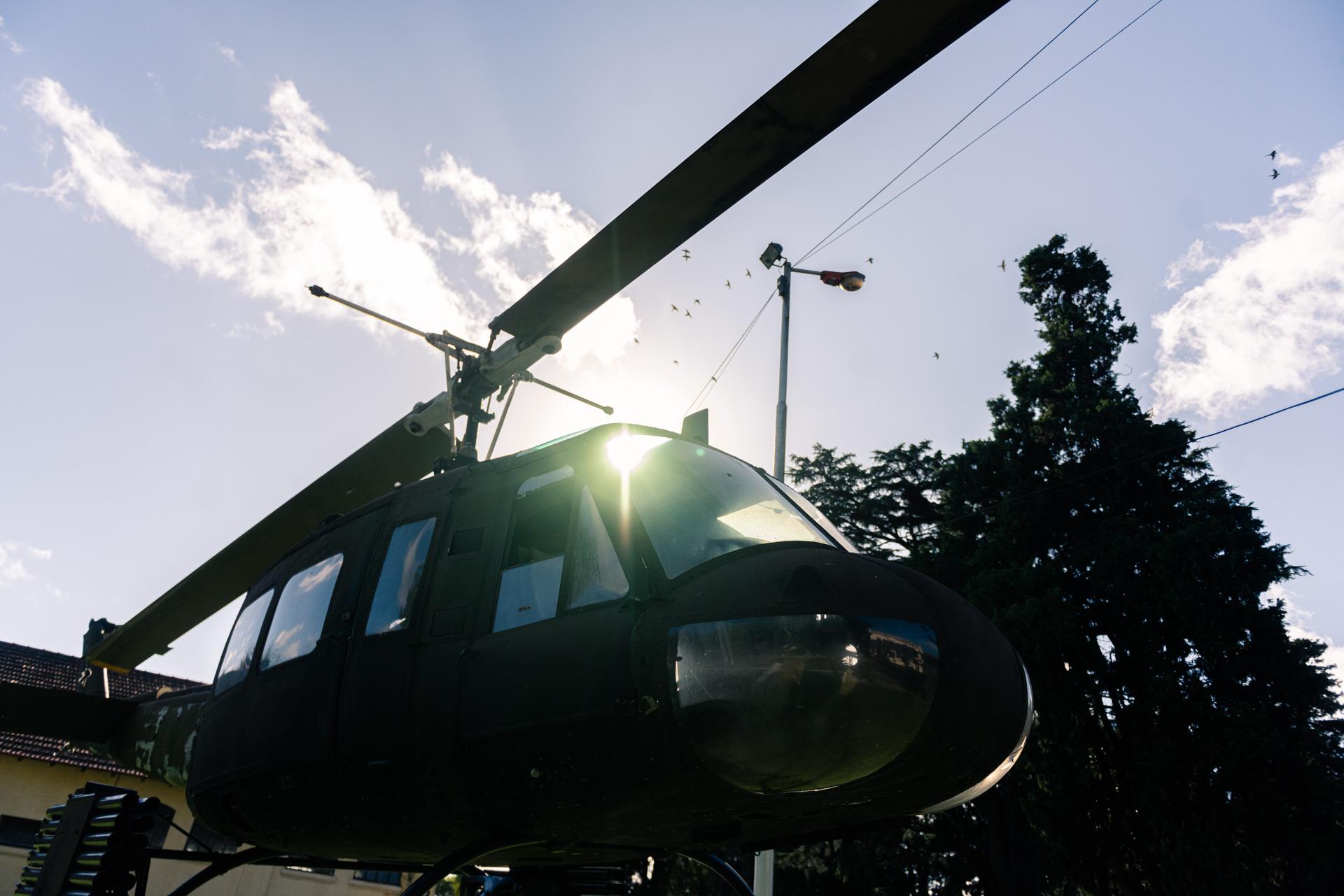 En los jardines que rodean la Sala Malvinas se pueden encontrar aviones y helicópteros como este Bell UH-1H artillado