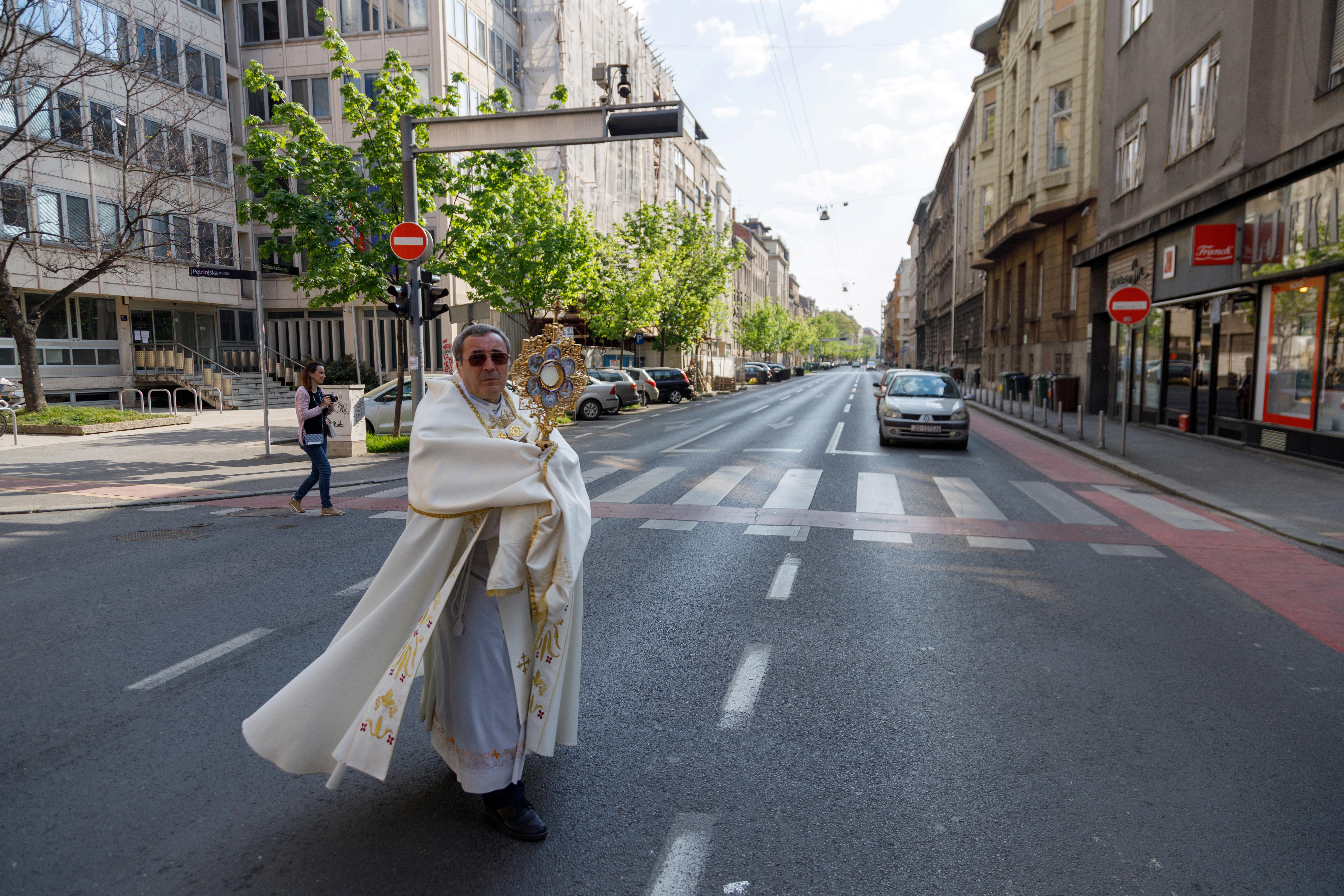 Junto a una cruz, el padre Ivan Matic recorrió durante toda la jornada las calles de Zagreb, para bendecir a los creyentes