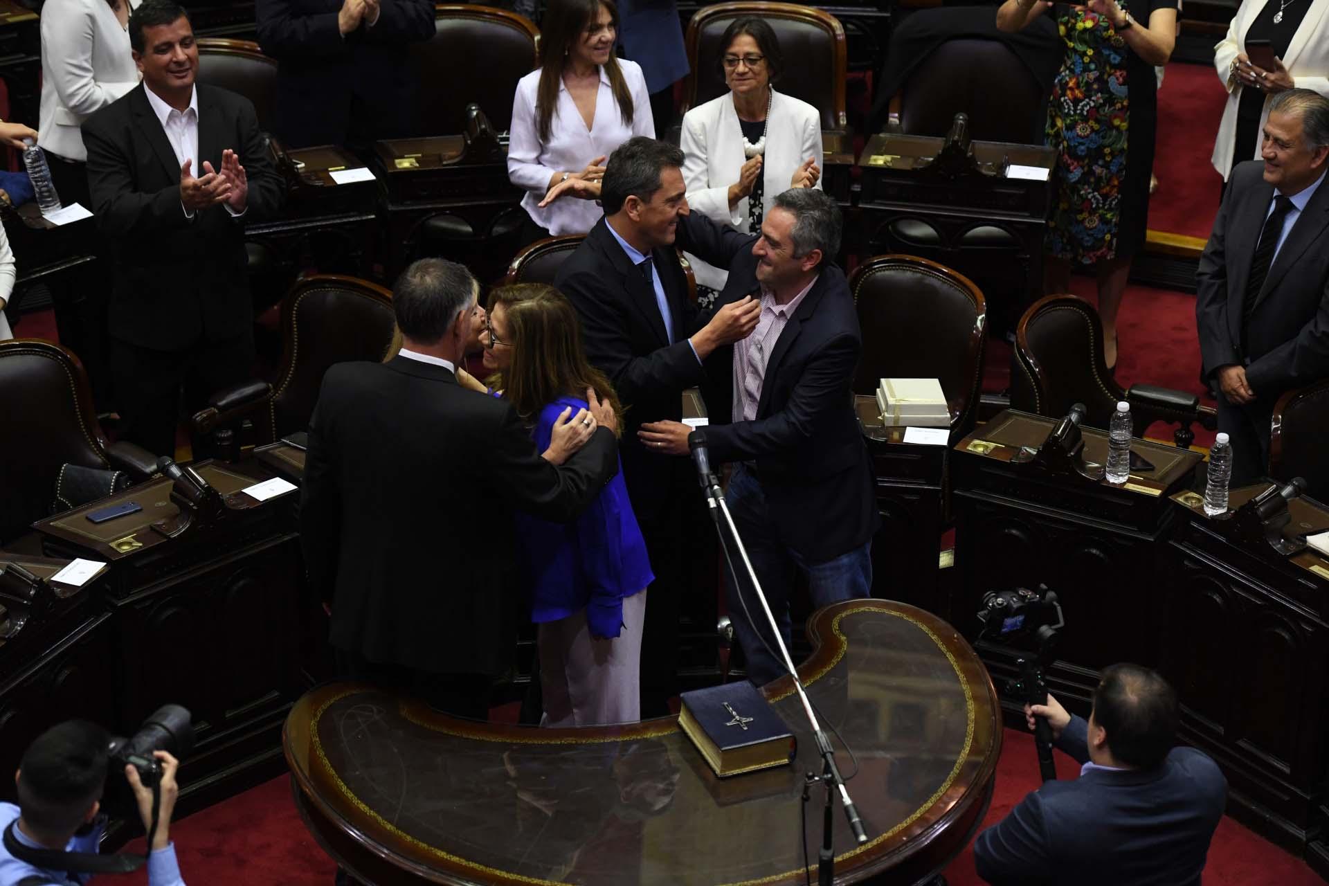 Camaño, Álvarez Rodríguez, Castagneto, Massa, De Pedro: besos y felicitaciones tras la jura