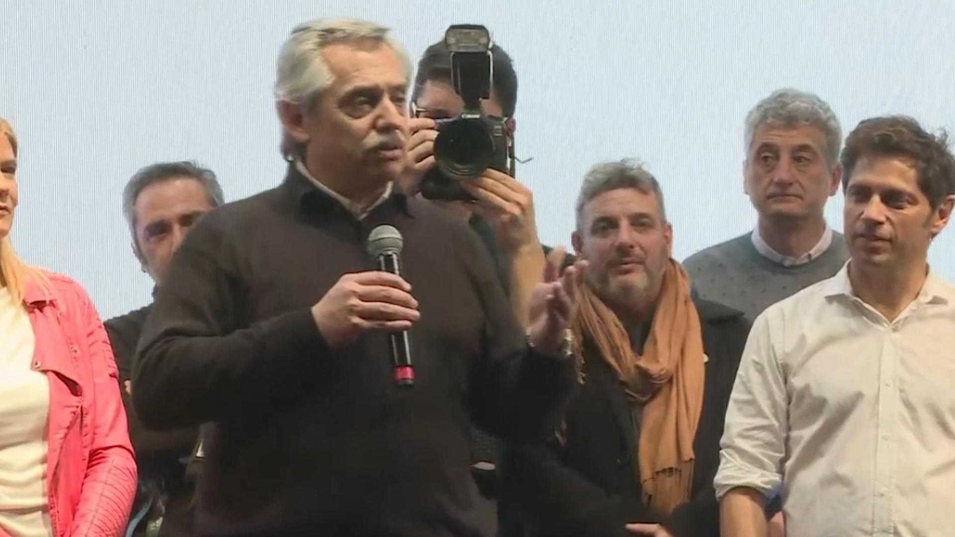 Alberto Fernández se lanzó rápidamente a la campaña de campaña de proximidad, con pocos actos, emulando algunas de las tácticas del estratega de Cambiemos, Jaime Durán Barba. Aquí, con el candidato a gobernador, Axel Kicillof.