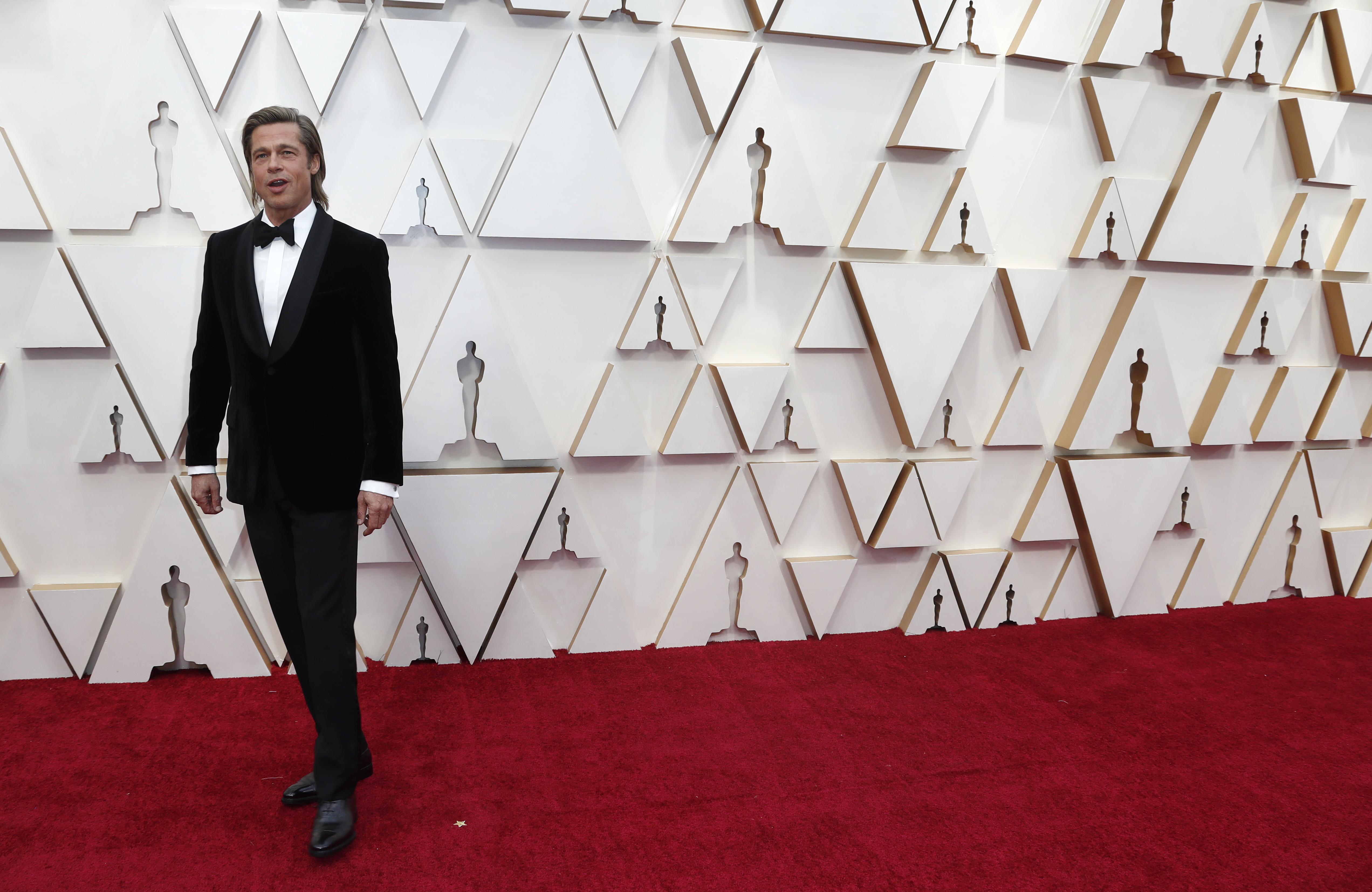 Brad Pitt llegó a la alfombra roja de los Oscars luciendo un impecable black tie. Optó por lucir un saco de chiffón y pantalón negro con zapatos de cuero