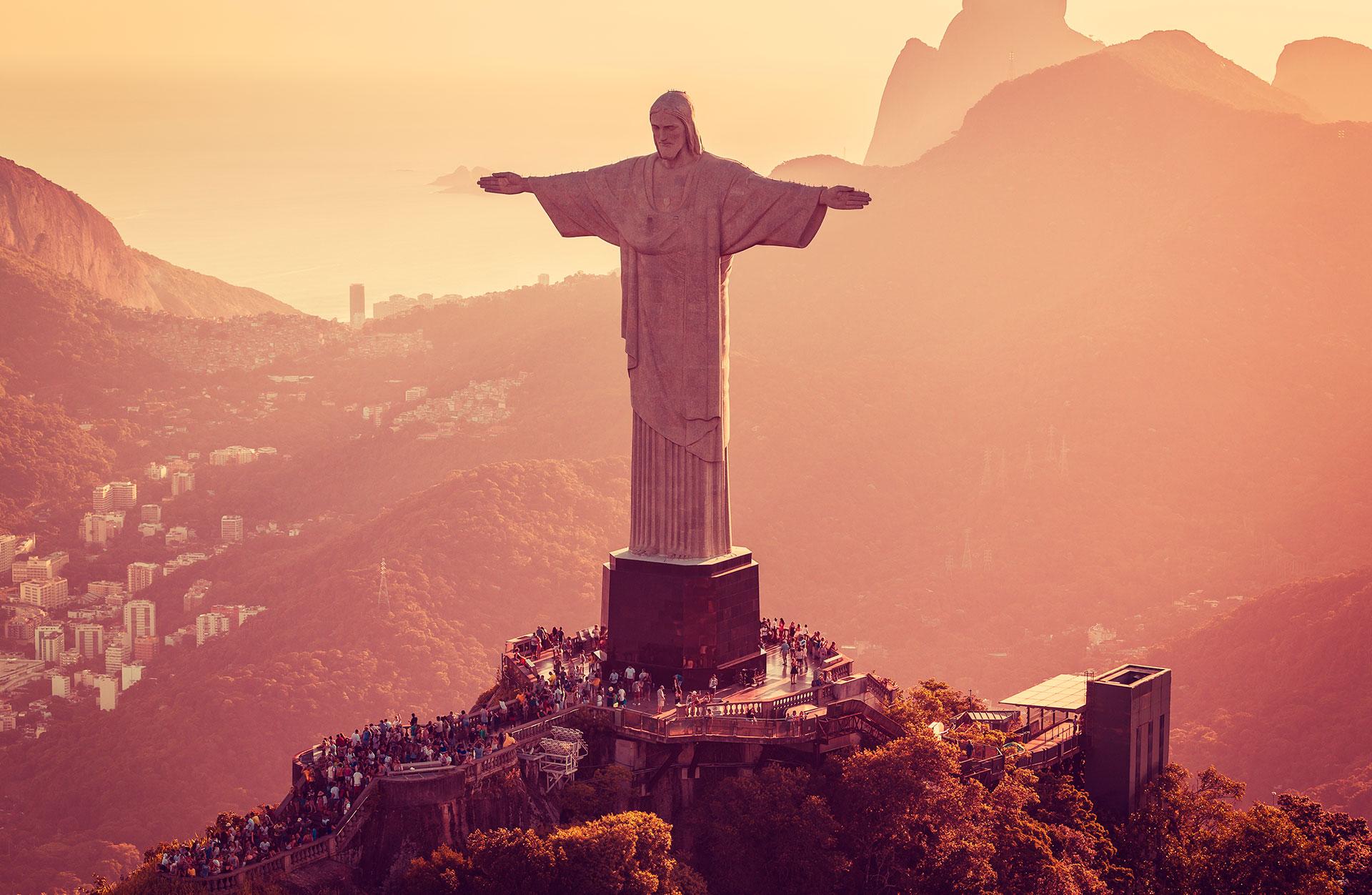 La estatua de 30,1 metros de altura que se afinca sobre un pedestal de 8 metros en el Parque Nacional del Bosque de Tijuca se puede ver a kilómetros de distancia y es una de las nuevas siete maravillas del mundo