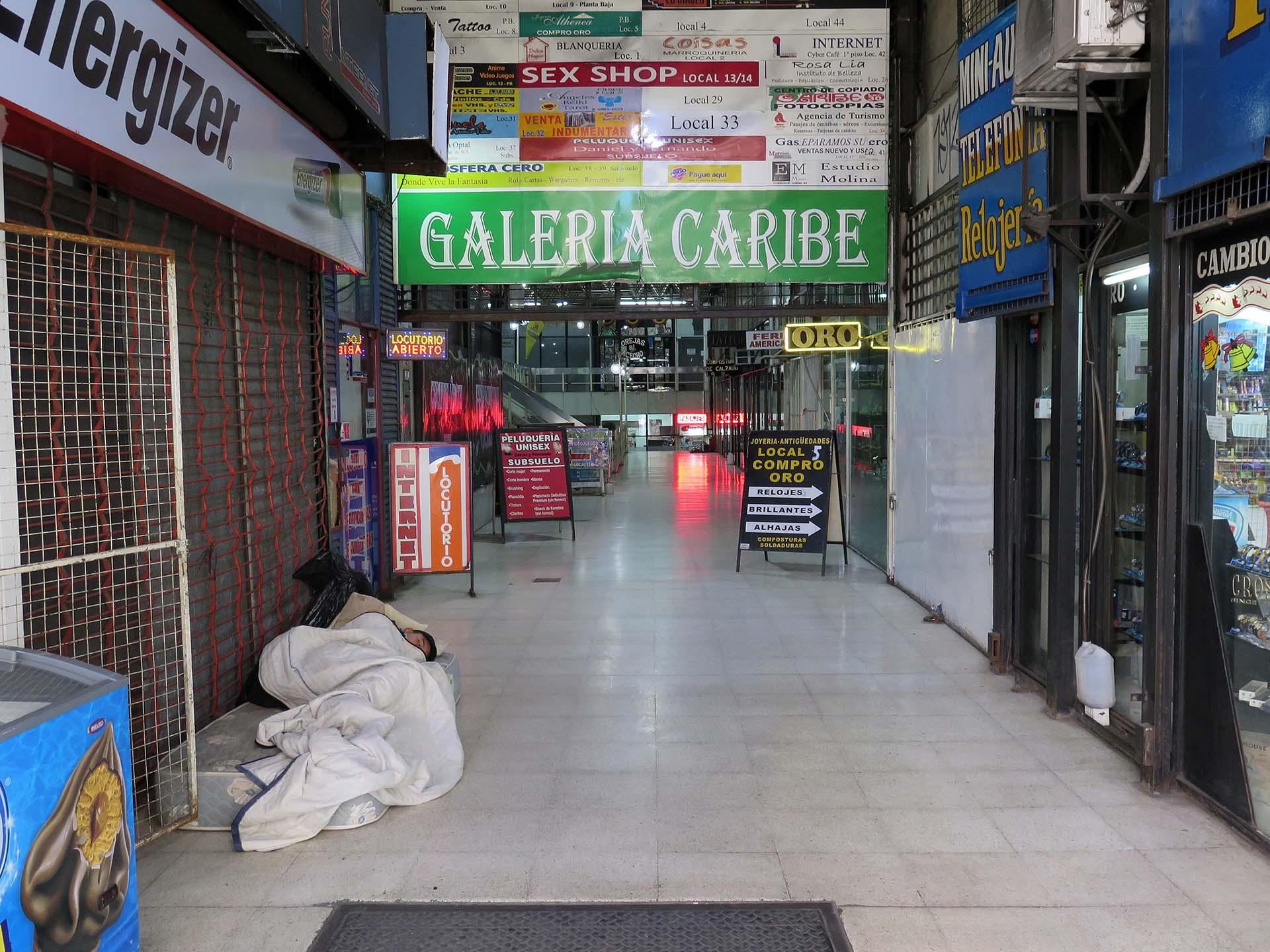 Misceláneas de una vieja galería porteña, en la avenida Rivadavia casi llegando a Acoyte, en el corazón comercial de Caballito.