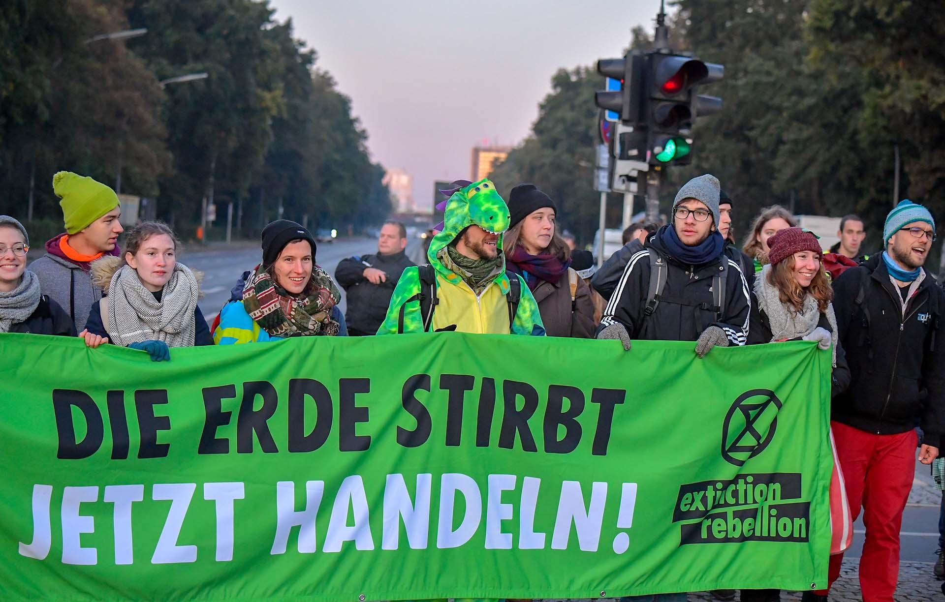 Los activistas sostienen una pancarta que dice