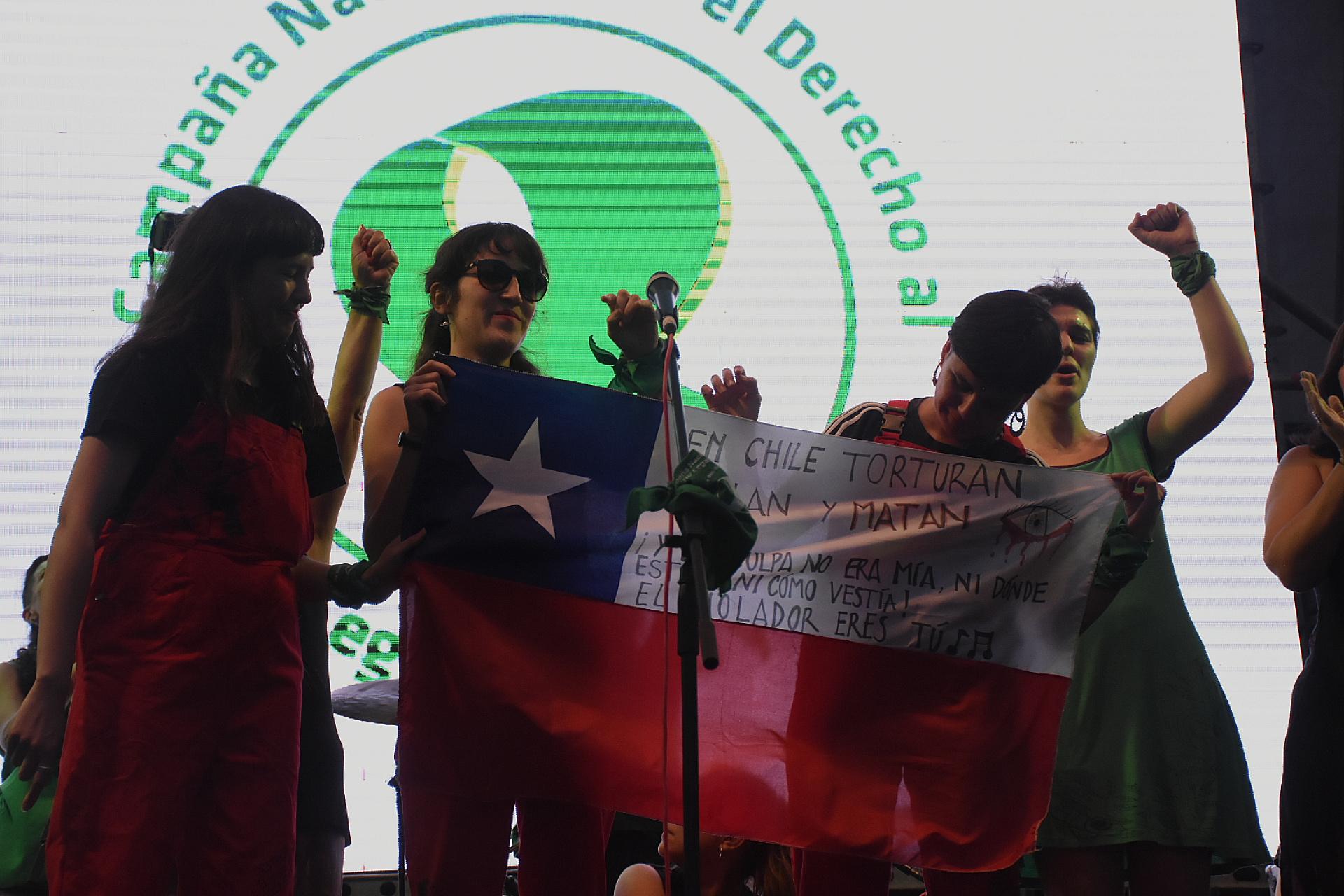 """El colectivo chileno """"Las tesis"""" encabezaó la coreografía """"Un violador en tu camino"""""""