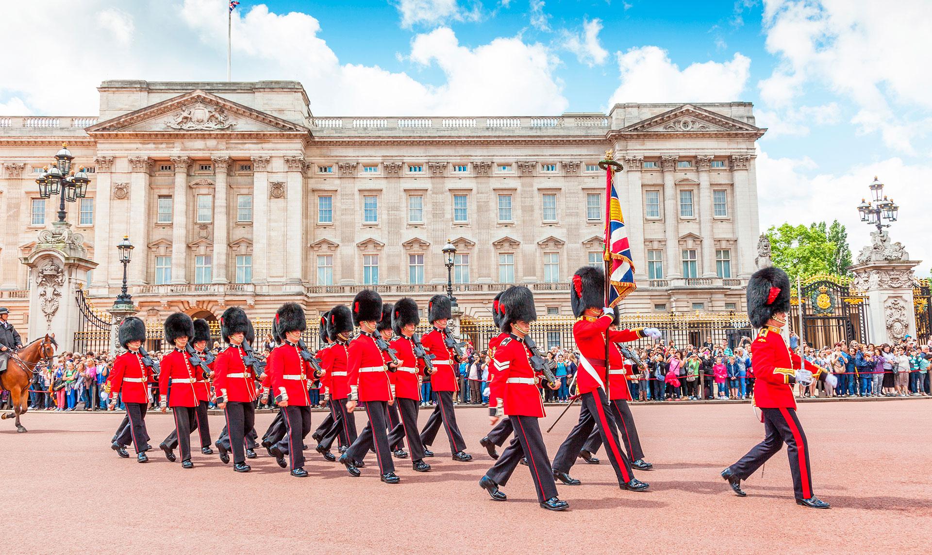 El Palacio de Buckingham es la sede administrativa de la monarquía británica con un total de 775 habitaciones. Los turistas que programan sus visitas correctamente pueden presenciar la ceremonia del Cambio de Guardia, e incluso pueden echar un vistazo a un miembro de la familia real