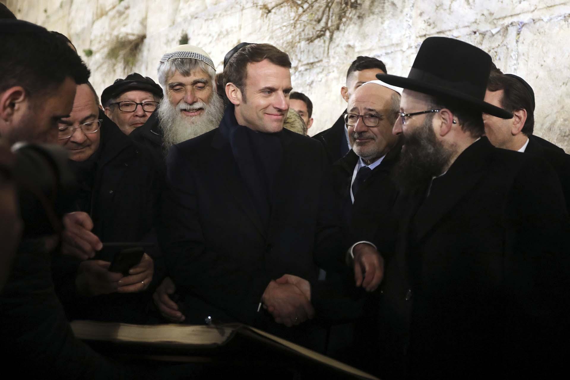 Emmanuel Macron en el muro de los lamentos (AP Photo/Mahmoud Illean)