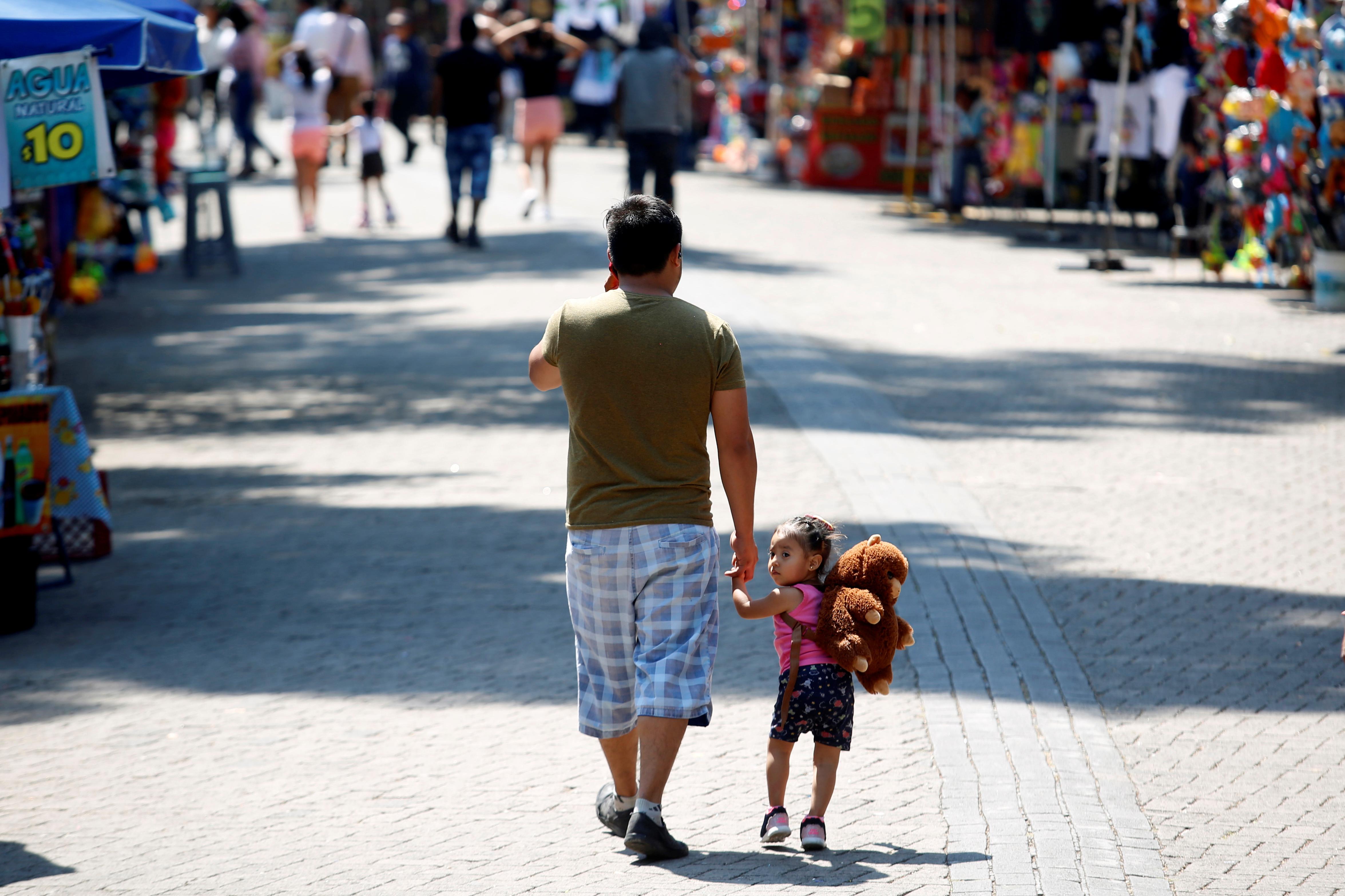 La gente camina por el parque Chapultepec mientras continúa el brote de la enfermedad por coronavirus (COVID-19), en la Ciudad de México, México, 22 de marzo de 2020.