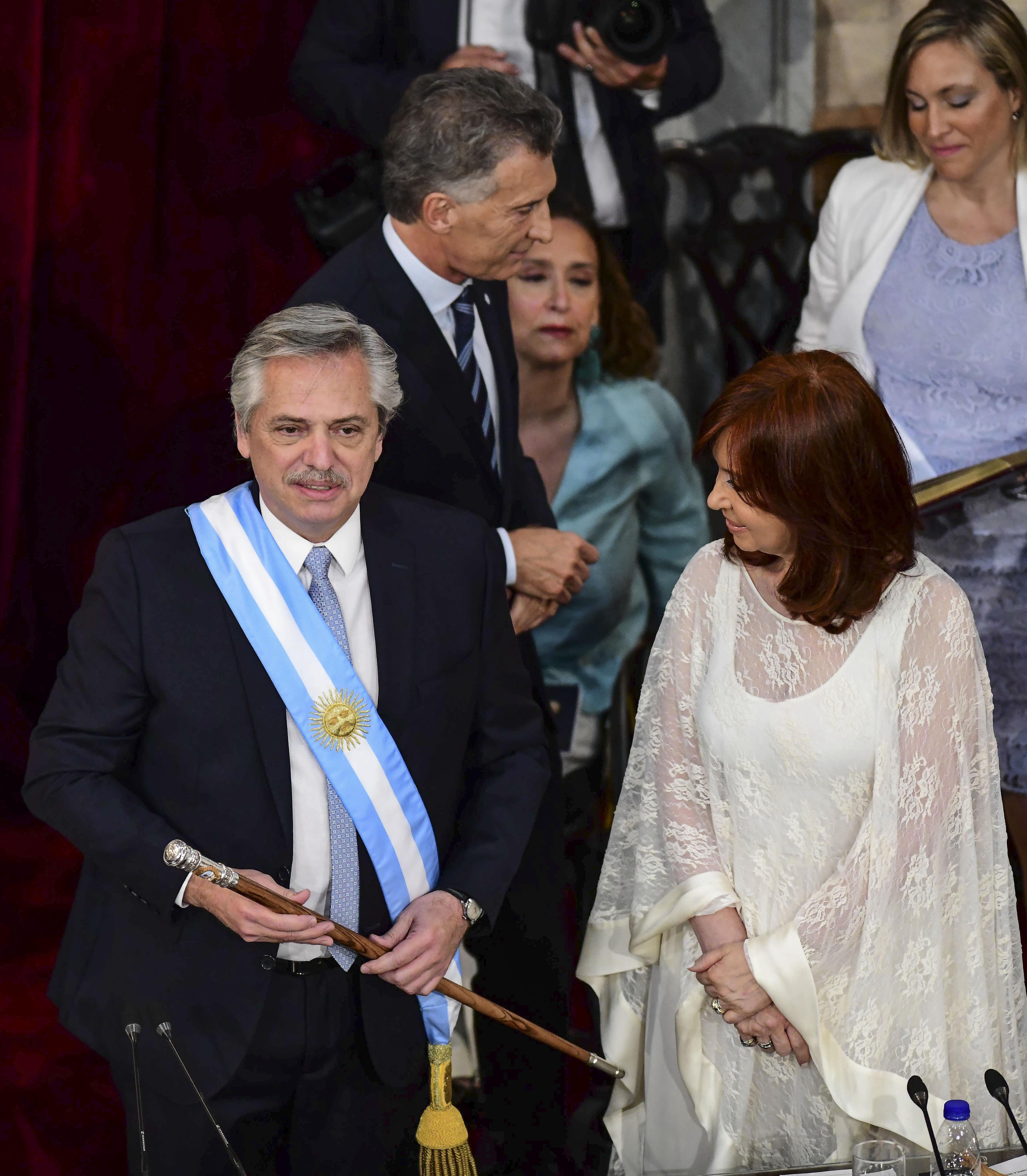 Alberto Fernández con el bastón de mando presidencial que realizó Juan Carlos Pallarols