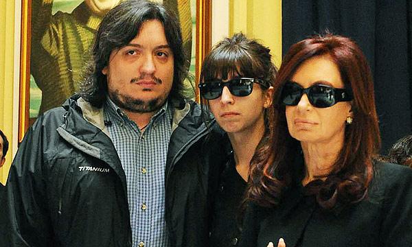 Al lado del cajón donde yacían los restos de Néstor Kirchner había tres sillas, las que casi durante la totalidad de los días que duró el funeral estuvieron ocupadas por Cristina Fernández y sus hijos, Máximo y Florencia