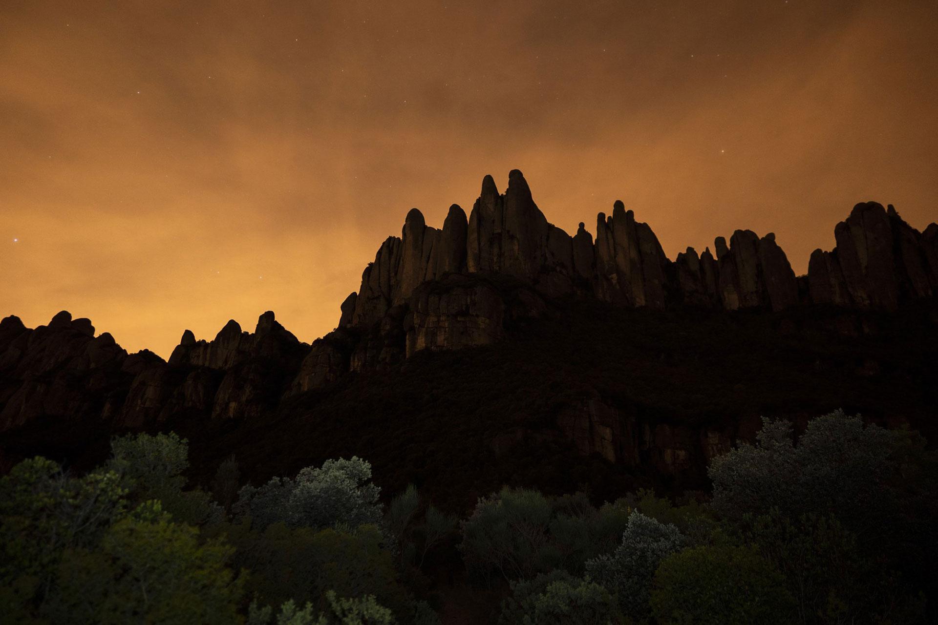 La cadena montañosa de Montserrat, a las afueras de Barcelona, se levanta mientras el sol se pone el viernes 24 de abril de 2020. (Foto AP / Felipe Dana)