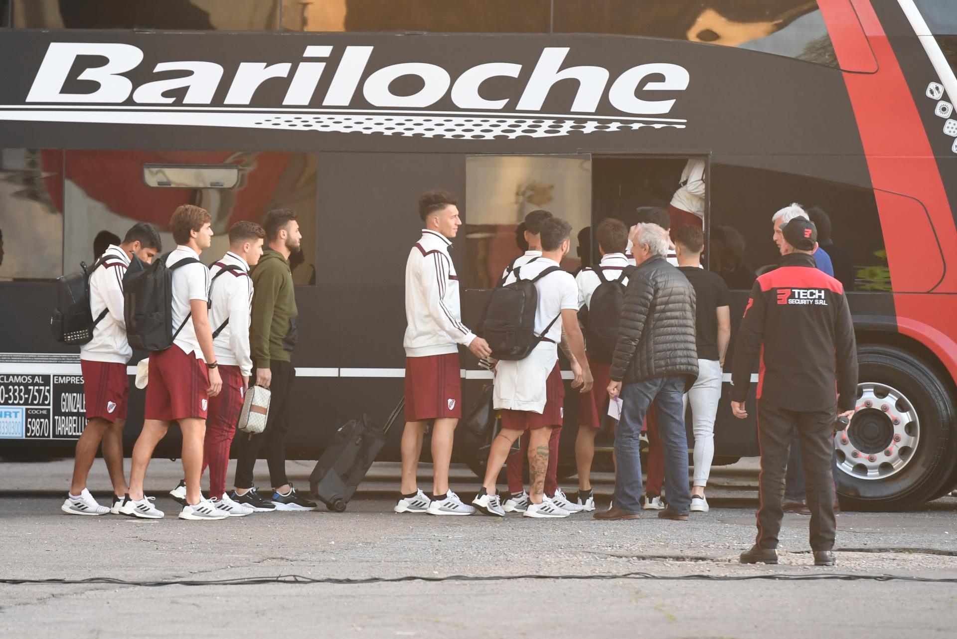 En el bus no solo viajaron los jugadores, sino también todo el cuerpo técnico, los médicos y aquellos futbolistas que forman parte del plantel y no fueron convocados