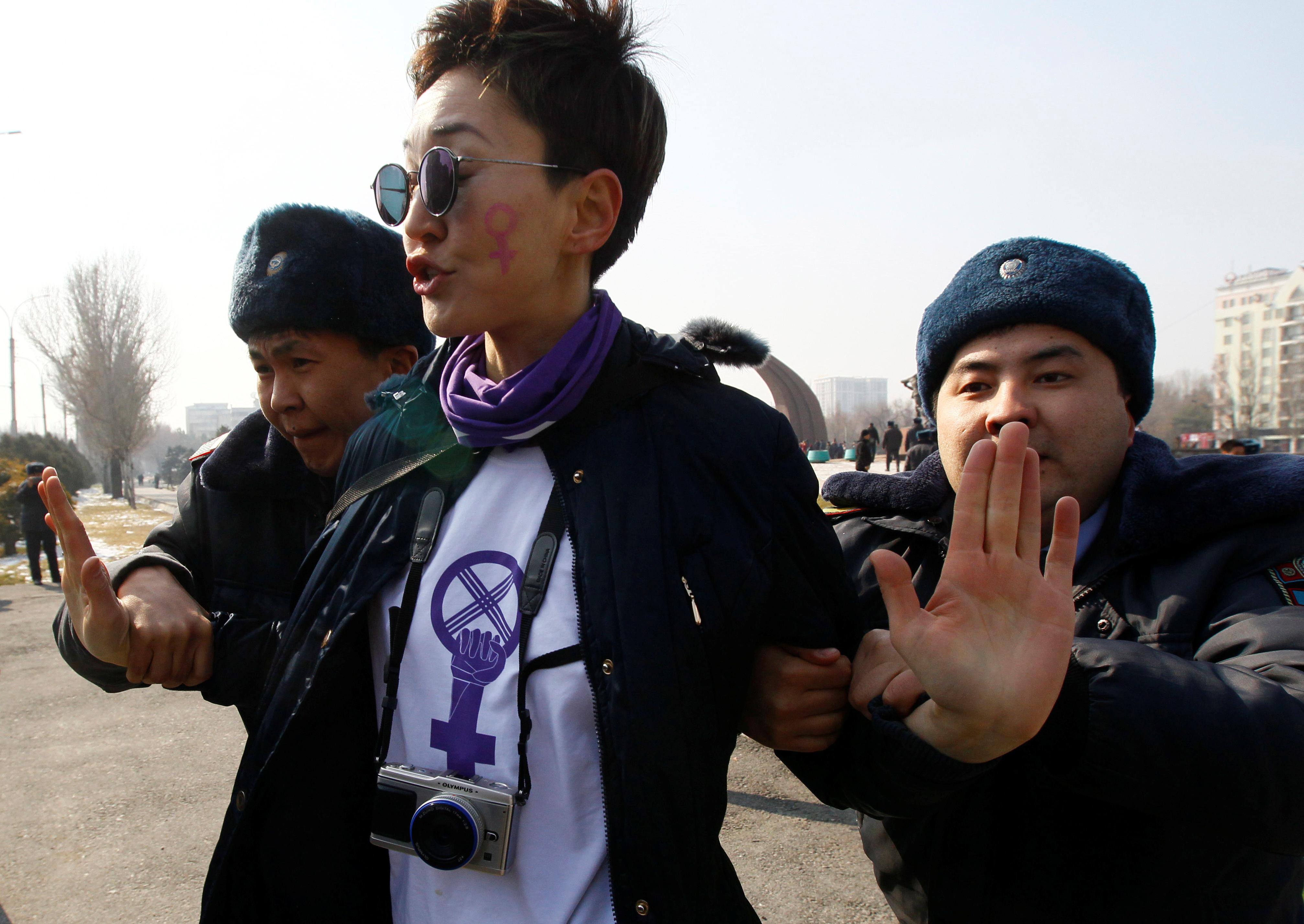 Una activista detenida en Bishkek, Kirguistán (REUTERS/Vladimir Pirogov)