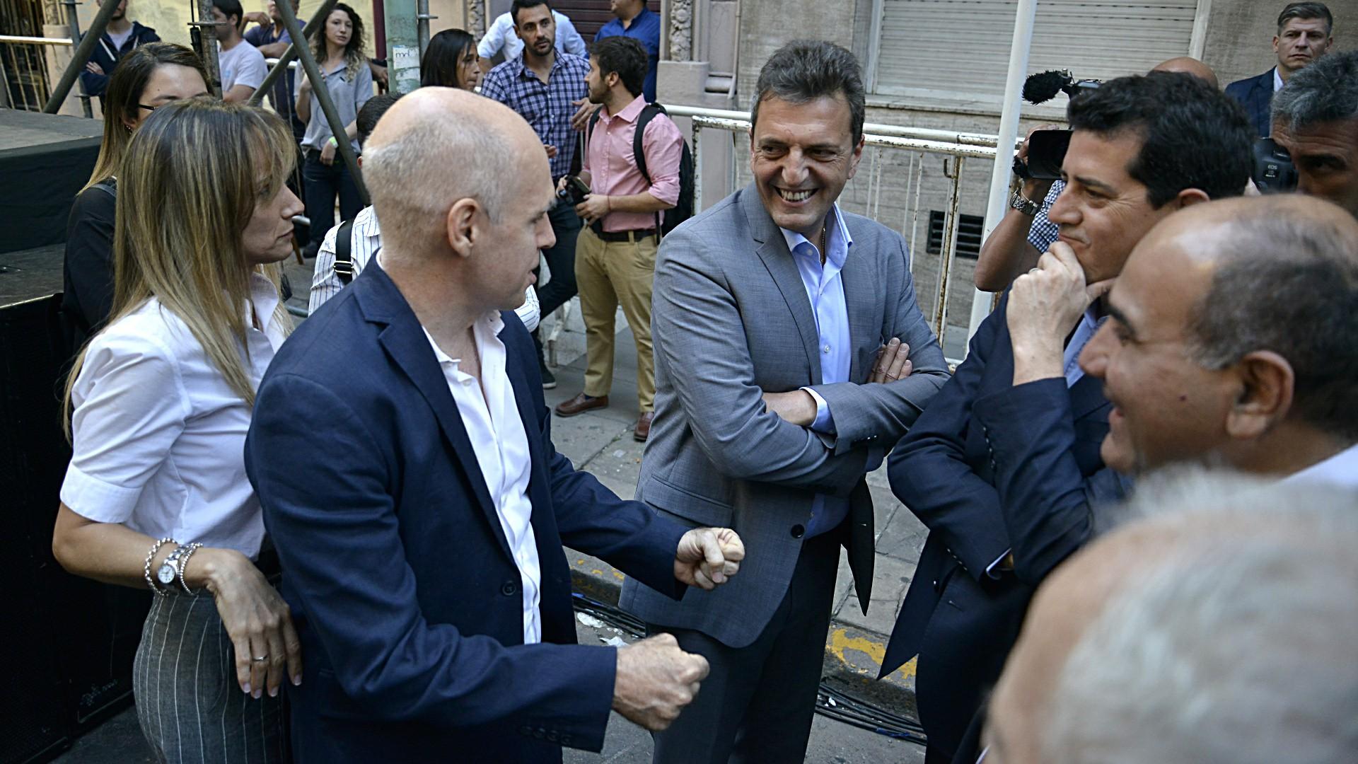 El jefe de Gobierno porteño, Horacio Rodríguez Larreta saluda a Sergio Massa