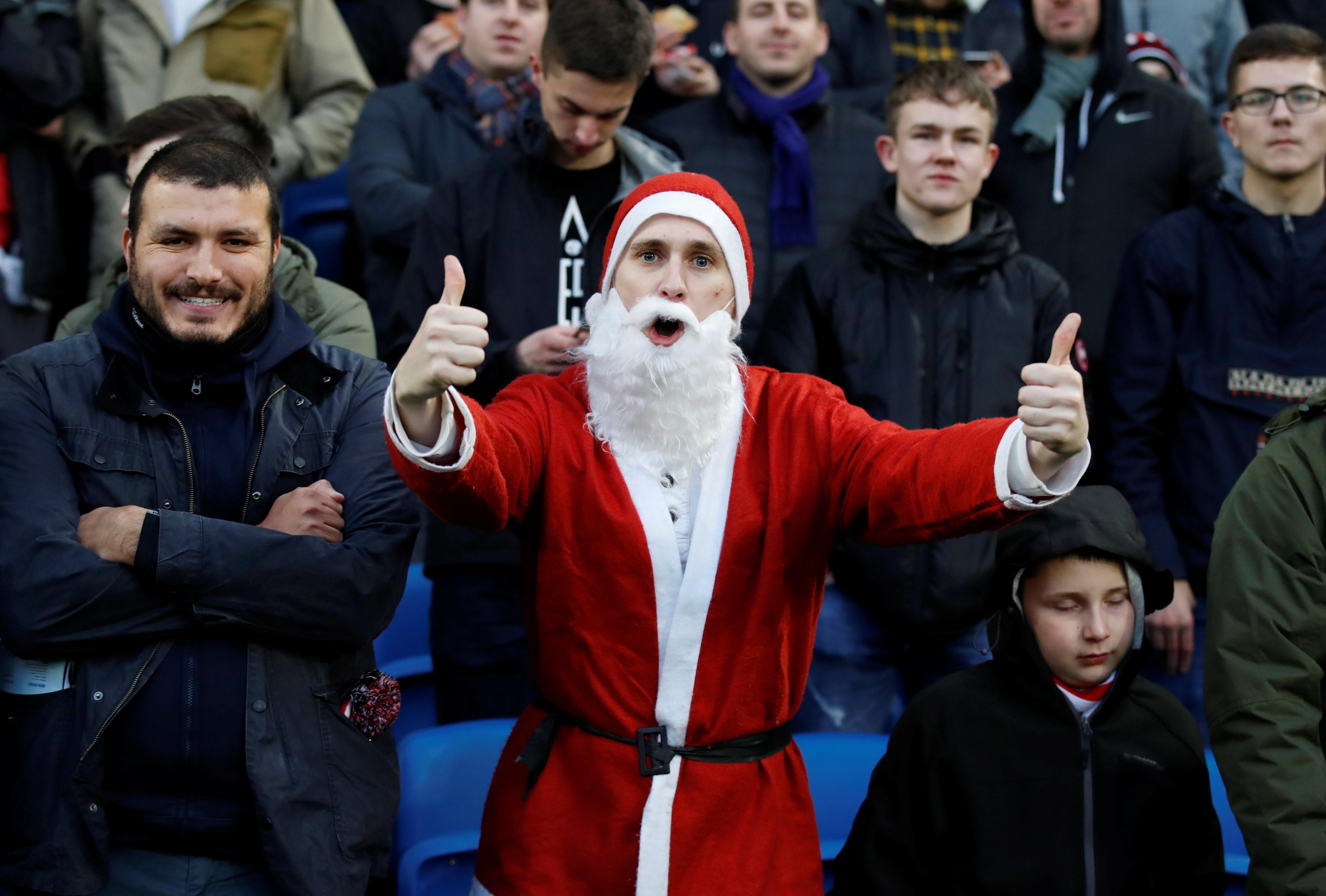 Un fan de Brighton & Hove Albion posa vestido como Santa Claus antes del partido (Reuters/ David Klein)