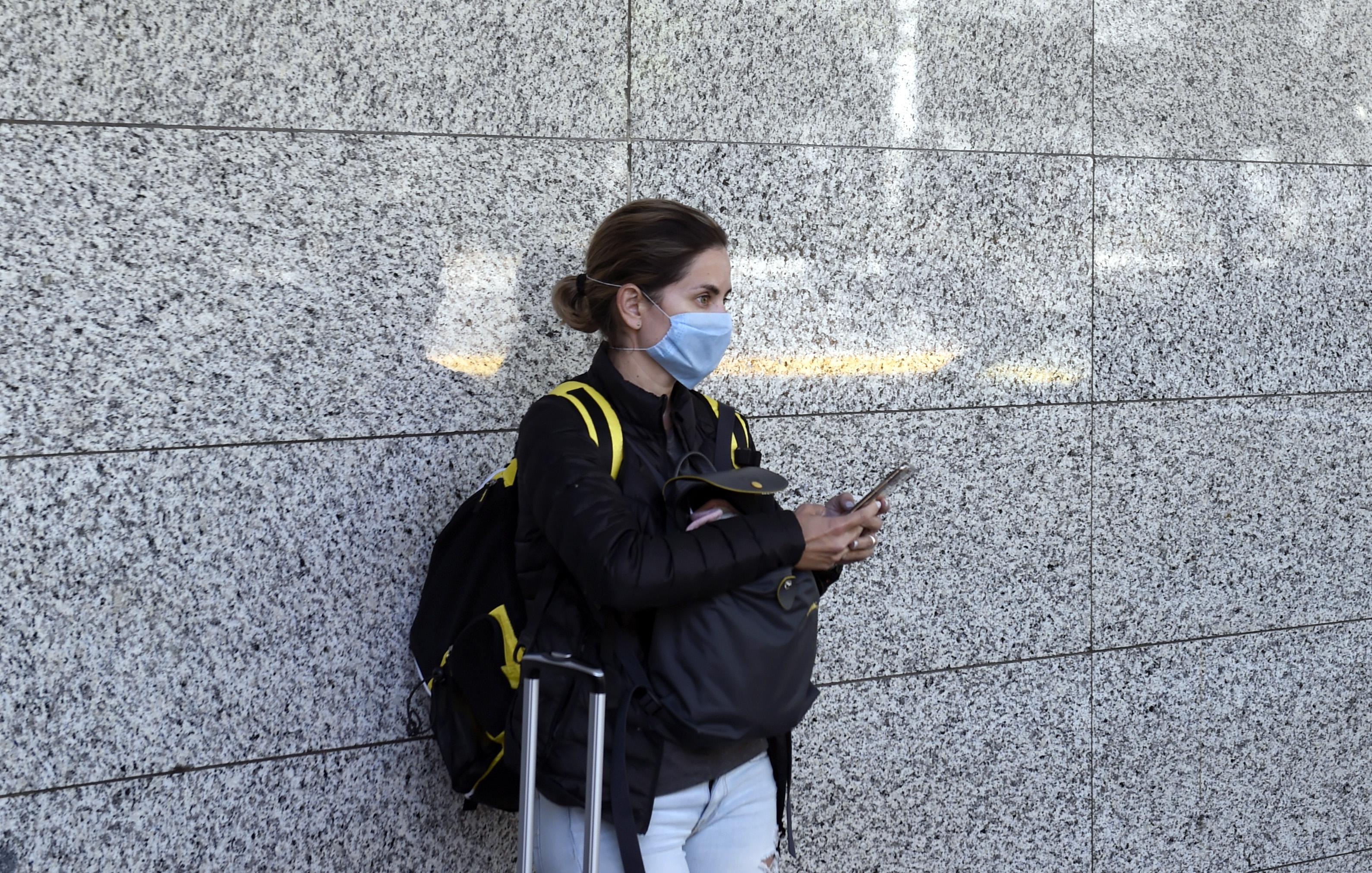 Los pasajeros usan máscaras protectoras al aterrizar en el aeropuerto internacional de la Ciudad de México, el 17 de marzo de 2020.