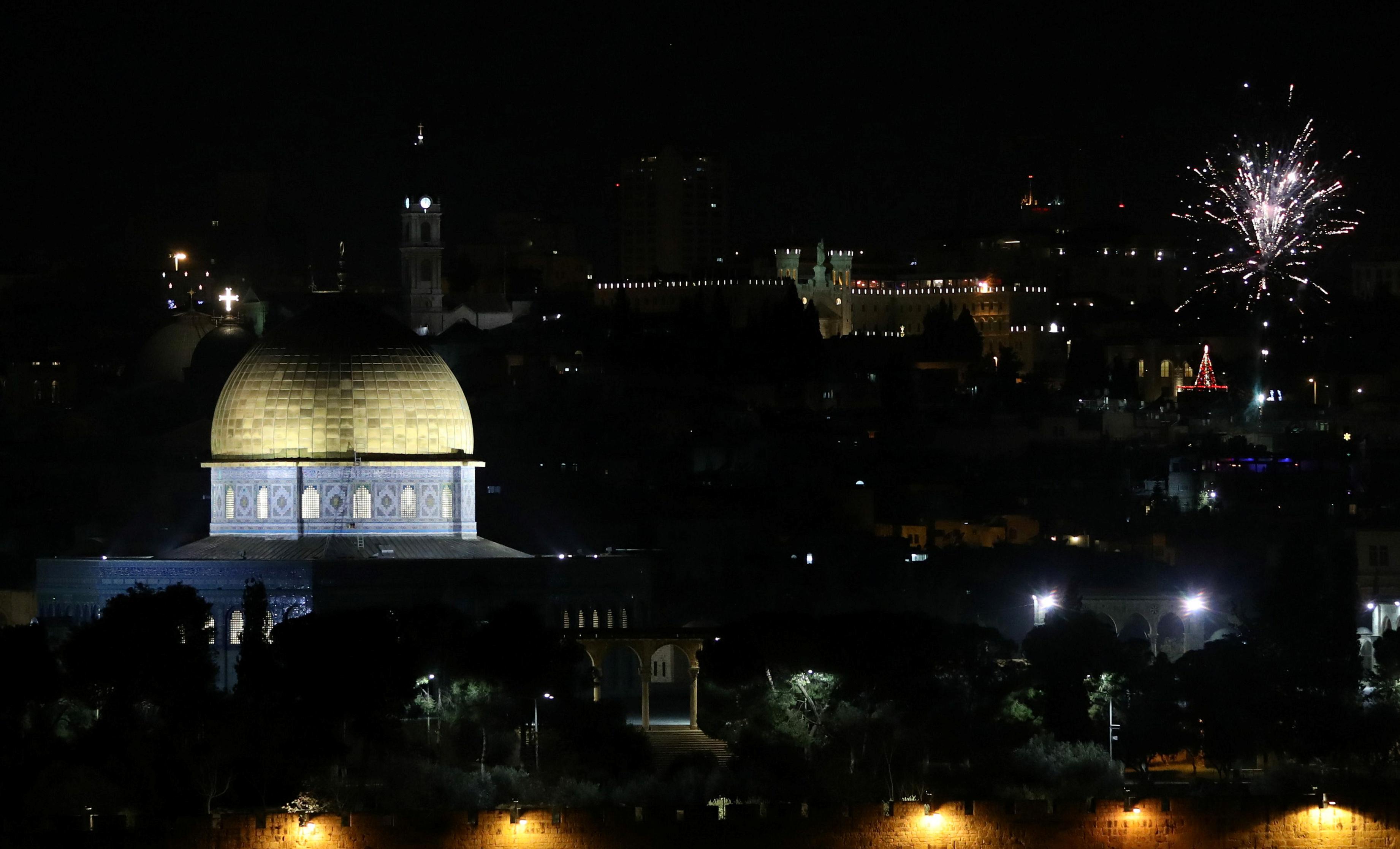 Los fuegos artificiales también iluminaron el cielo sobre la Ciudad Vieja de Jerusalén (REUTERS/Ammar Awad)