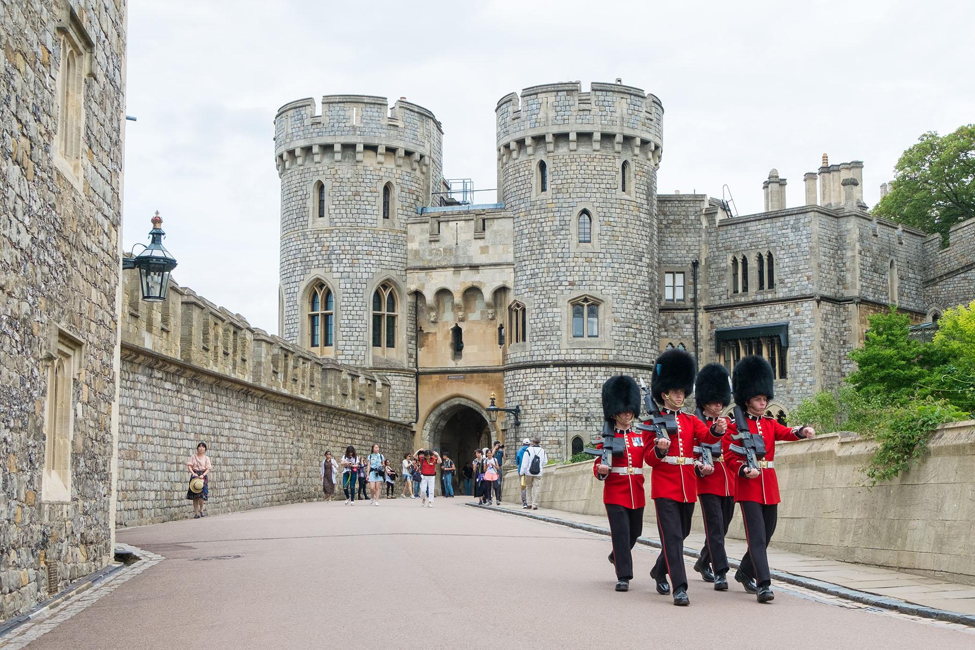 El castillo de Windsor ocupa un área de más de cinco hectáreas y combina elementos de fortificación, de palacio y de pueblo pequeño
